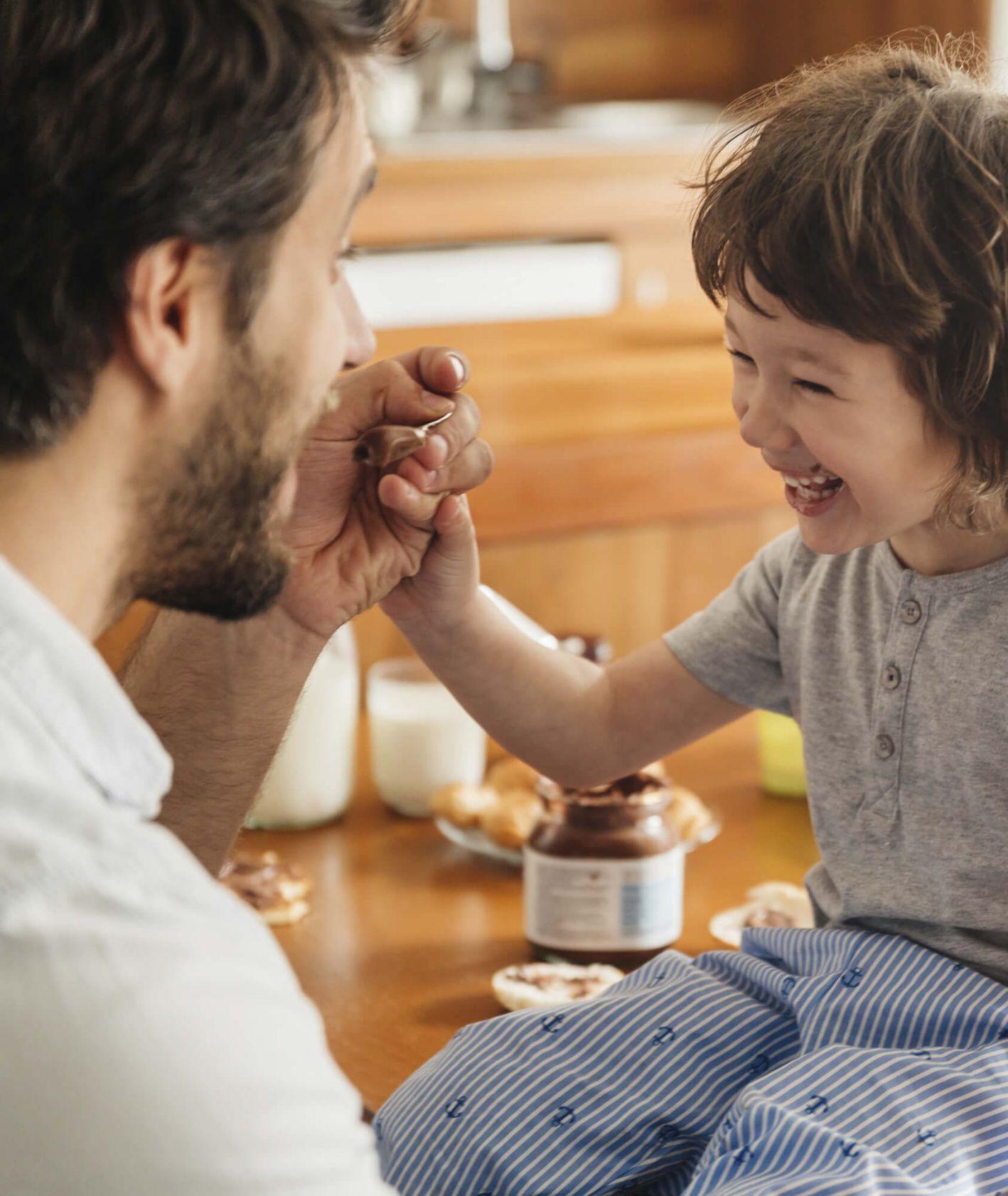 Rodzinna scena przy stole, wspólny posiłek taty i dziecka (fot. materiały promocyjne)