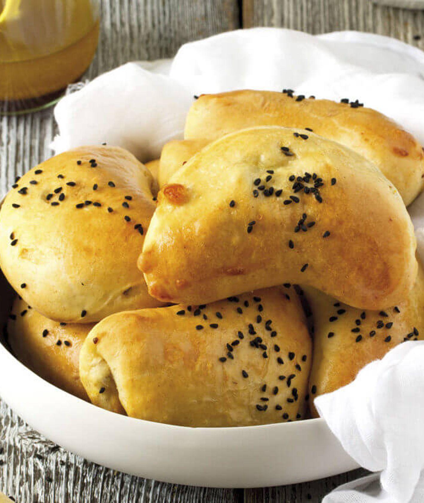Mniej tradycyjne pierogi na święta – przepis na pieczone pierożki z porem, ziemniakami i serem