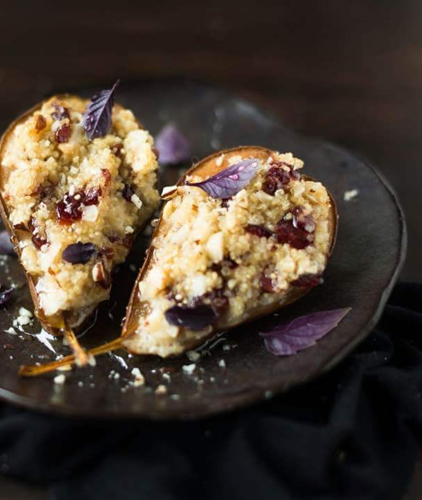 Pomysł na deser z gruszkami - owoce pod kruszonką (fot. Plate of Joy)
