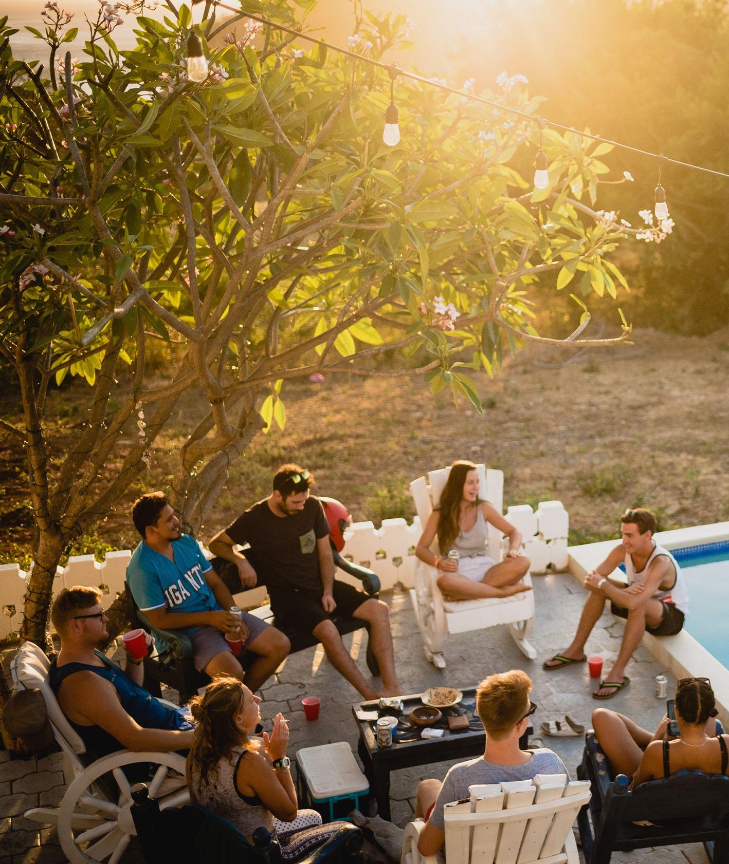 Przyjaciele letnim wieczorem na domówce przy basenie (fot. Eric Nopanen / unsplash.com)