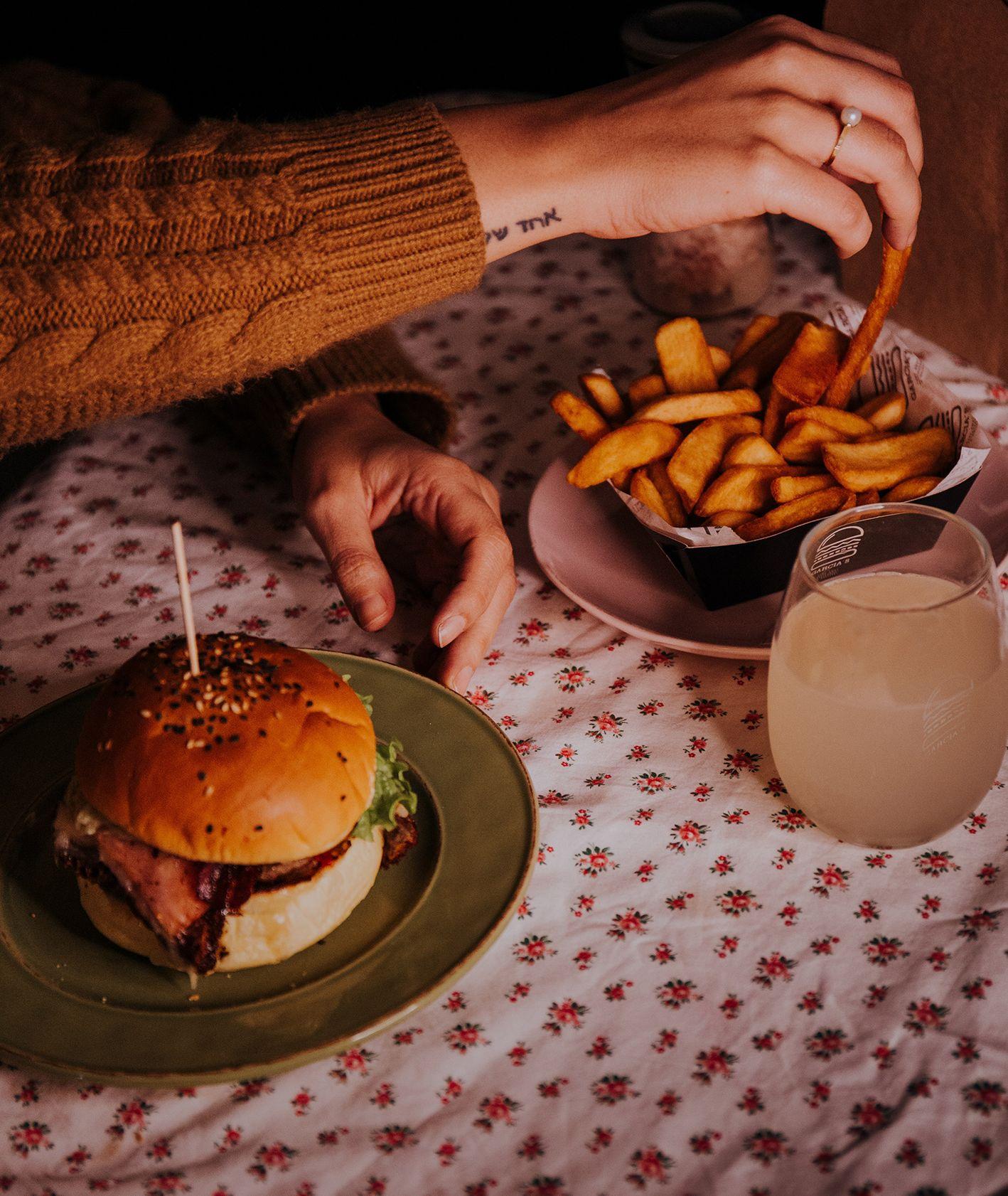 Burger i frytki (fot. Greta Scholderle / unsplash.com)