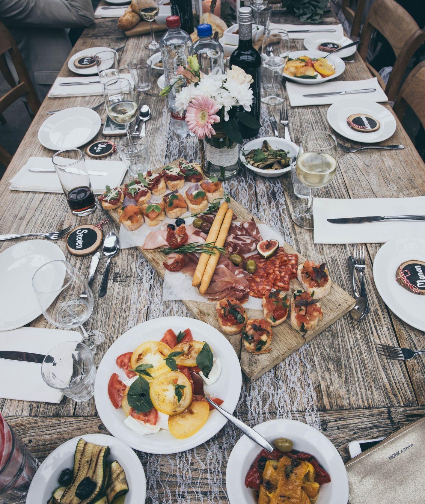 Stół z jedzeniem (fot. Stella de Smit / unsplash.com)