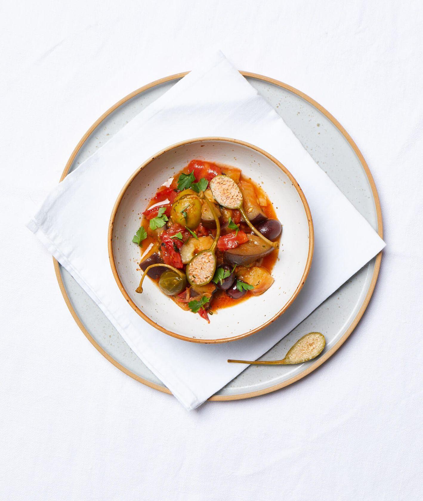 caponata, włoska caponata, włoski bigos, leczo, danie jednogarnkowe, warzywa w pomidorach,