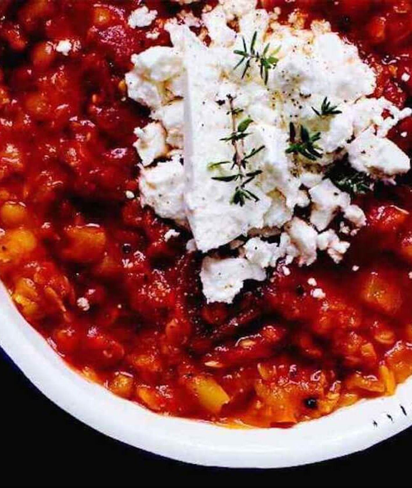 czerwona soczewica z ziemniakami i kruszoną fetą, dahl z soczewicy, prosta zupa z soczewicy, szybki obiad, rozgrzewający obiad, obiad na zimę, soczewica w pomidorach, pomysł na lunchbox