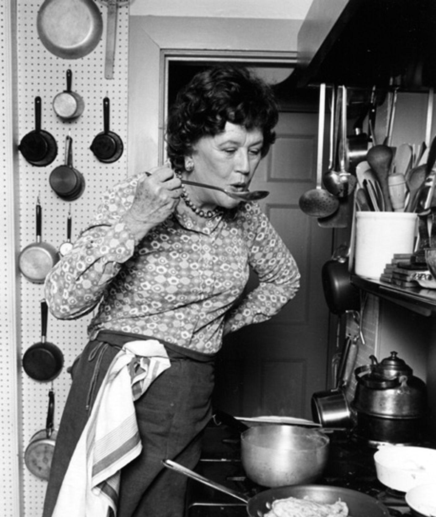 Julia Child w swojej kuchni (fot. Lynn Gilbert)