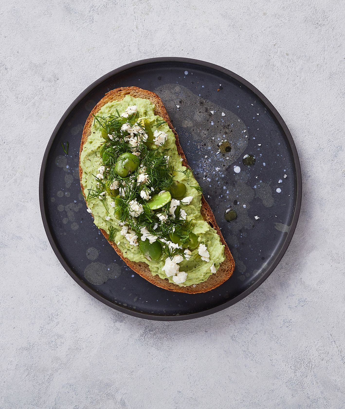 Pasta z bobu na kromce żytnego chleba posypana koperkiem (fot. Maciek Niemojewski)