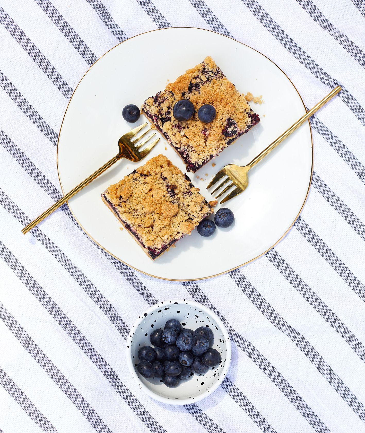 Blueberry bars z orzechową kruszonką – prosty przepis (fot. Maciej Niemojewski)