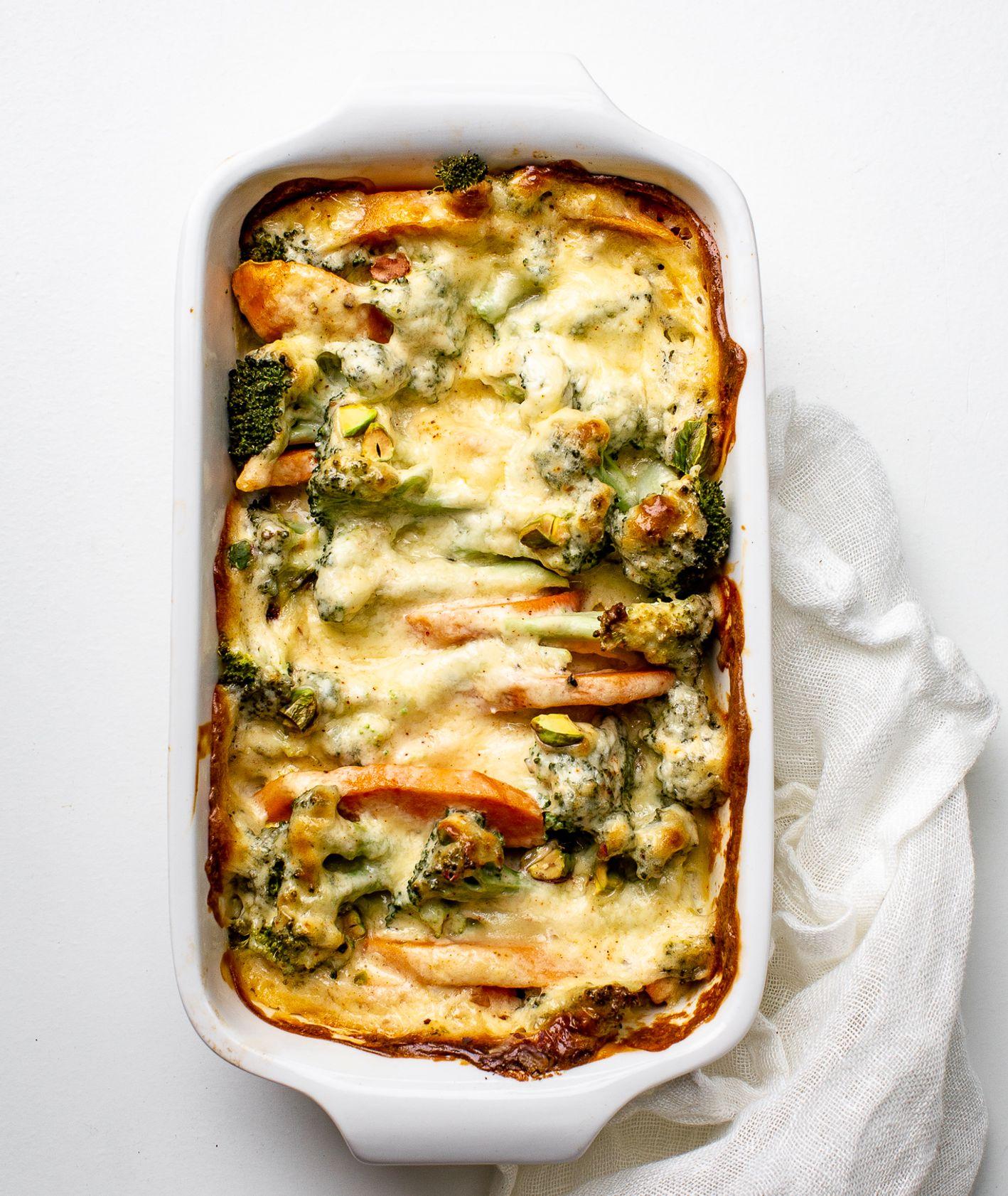 Zapiekanka z brokułów i batatów z cheddarem i pistacjami (fot.Urszula Kosztyła - Demczuk)