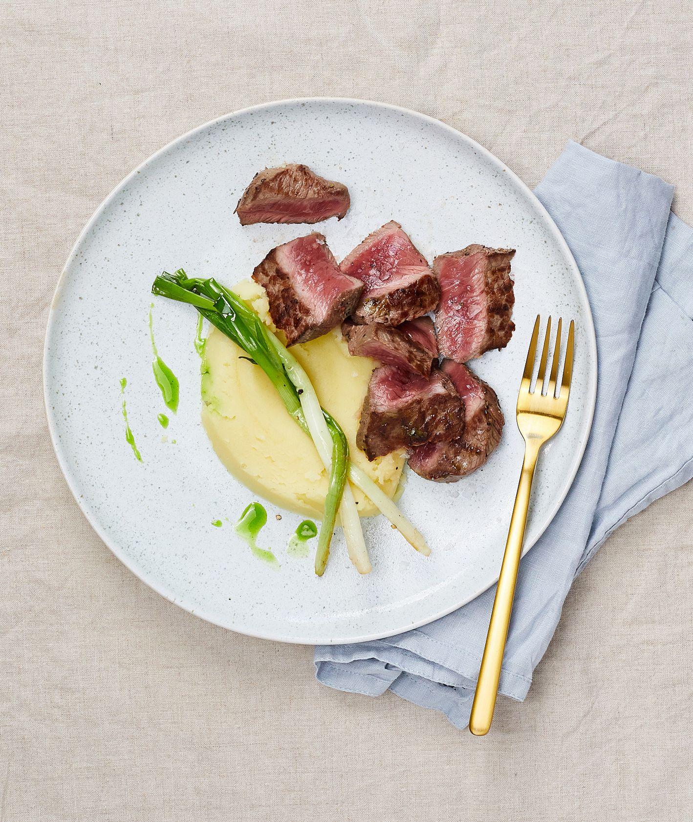 Przepis na stek i sezonowe, wiosenne cebulki (fot. Maciek Niemojewski)