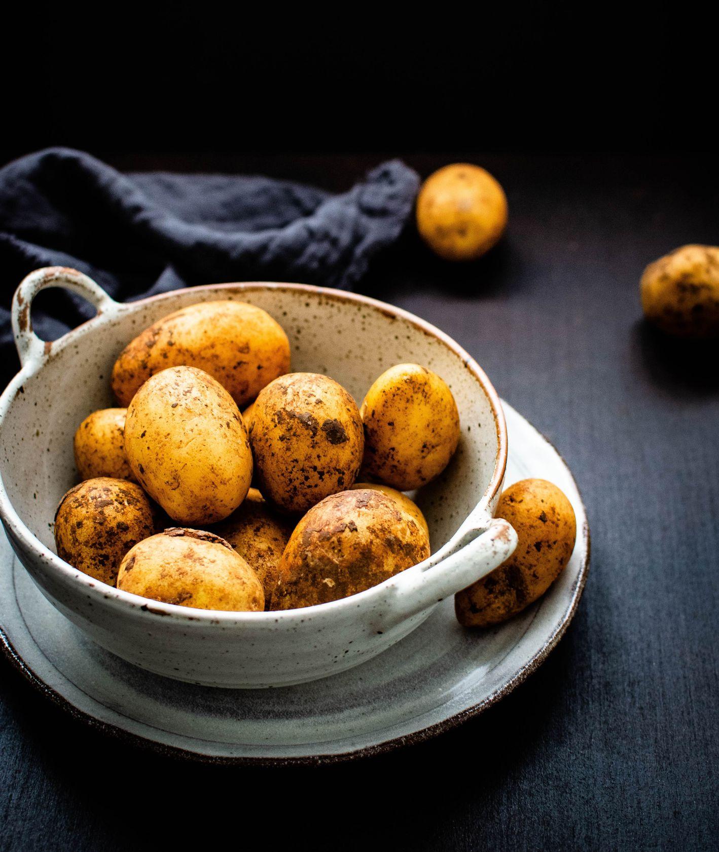 Ziemniaki ceramicznej misce (fot. Monika Grabkowska)