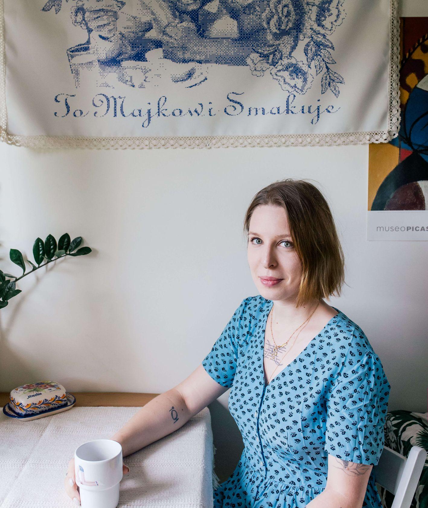 Portret Agaty Dembek-Dziwosz w jej domowej kuchni, przy kuchennym stole. (fot. Michał Lichtański)