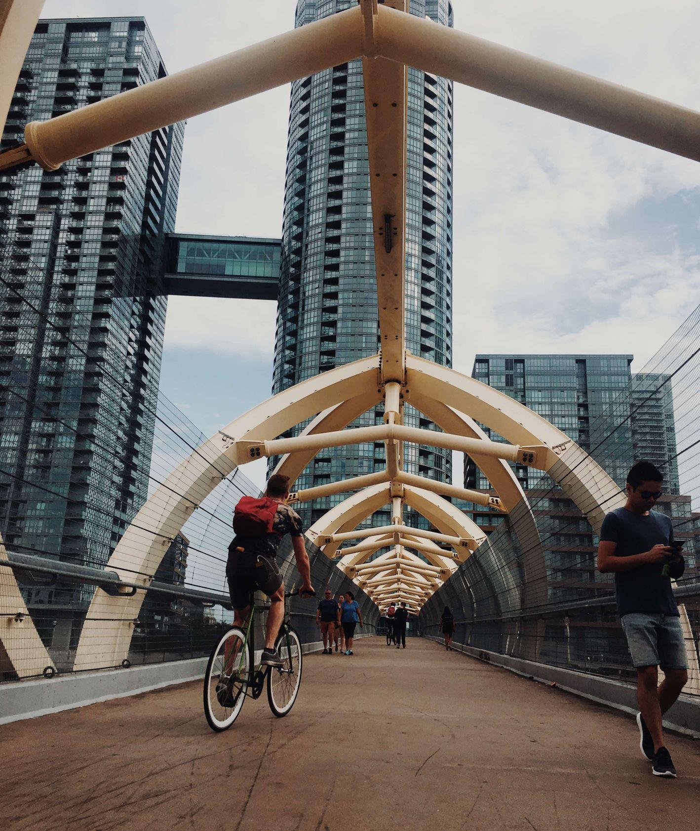 Nowoczesna ścieżka rowerowa (fot. Joshua Chua)