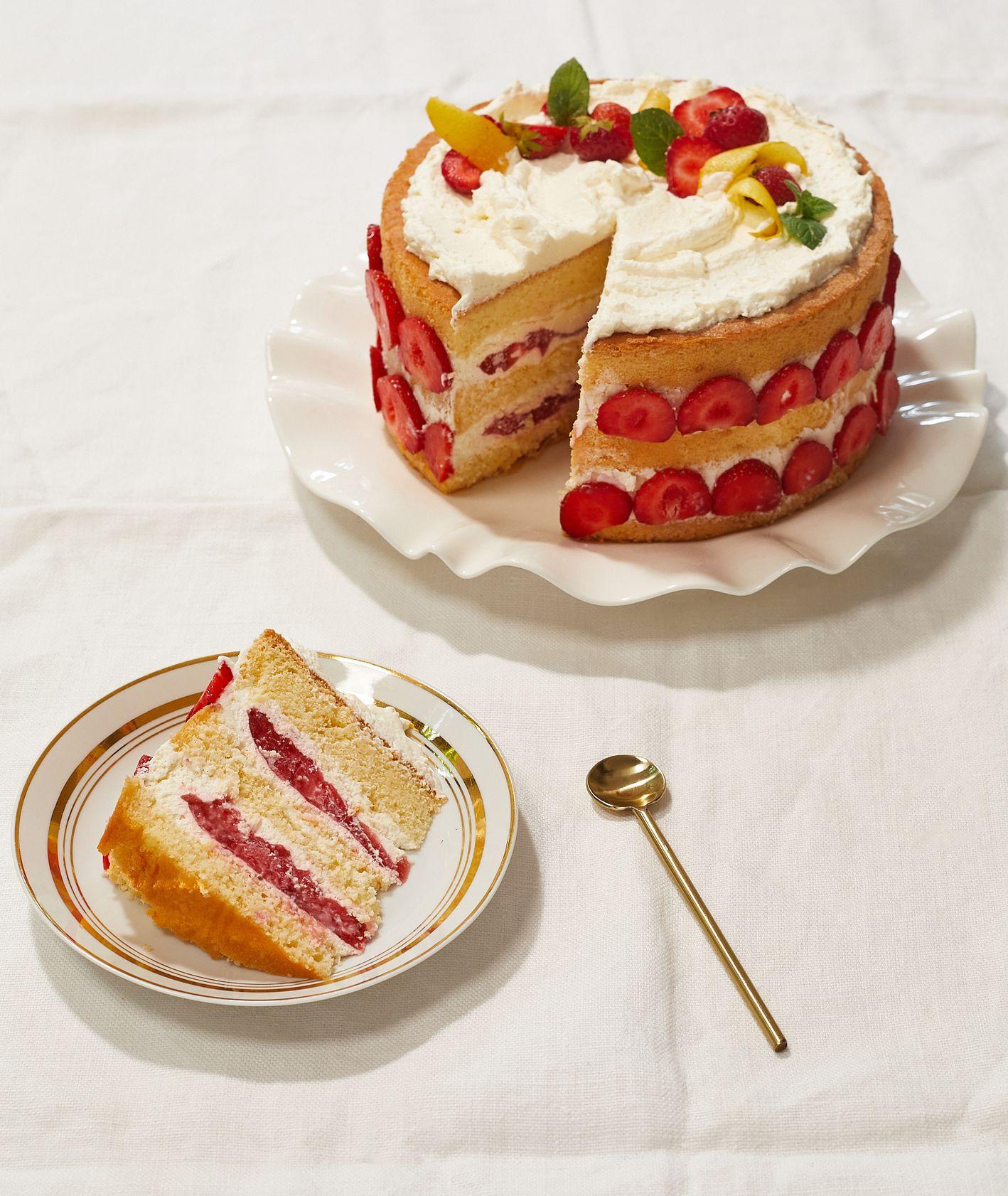 Przepis na tort waniliowo-truskawkowy, idealny deser na lato z truskawkami (fot. Maciej Niemojewski)