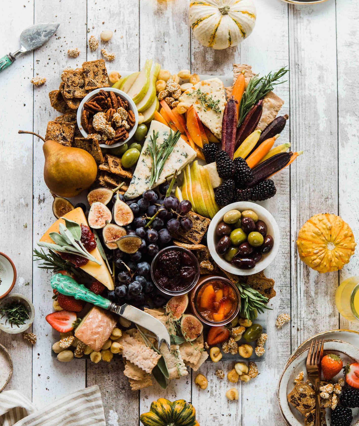 Sery, oliwki, owoce, wegetariańskie przystawki (fot. Brooke Lark / unsplash.com)