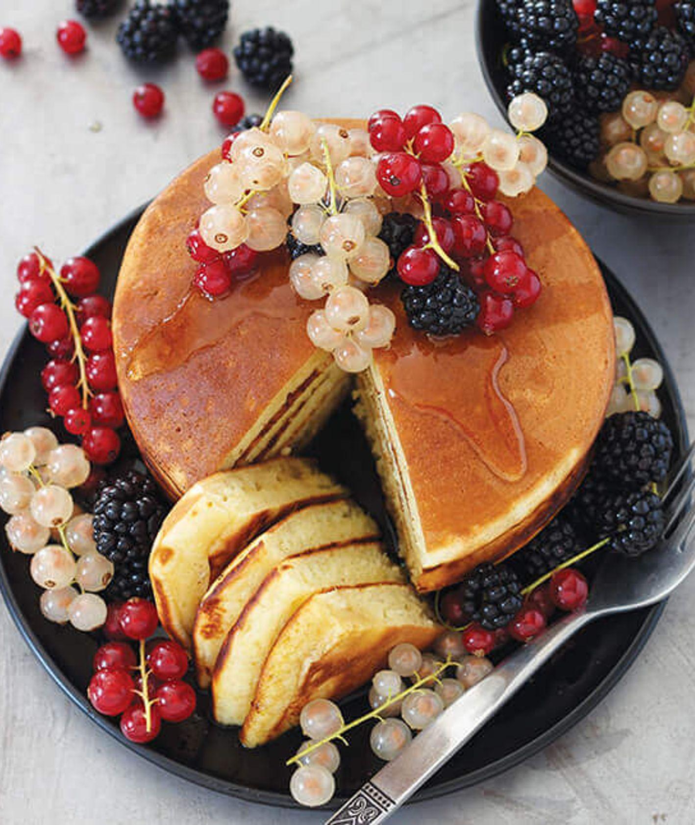 placki z owocami, amerykańskie pankejki, pancakes, placki z syropem klonowym, śniadanie na słodko, puszyste placki, placki na maślance, szybkie śniadanie, co zjeść na śniadanie, placki z truskawkami