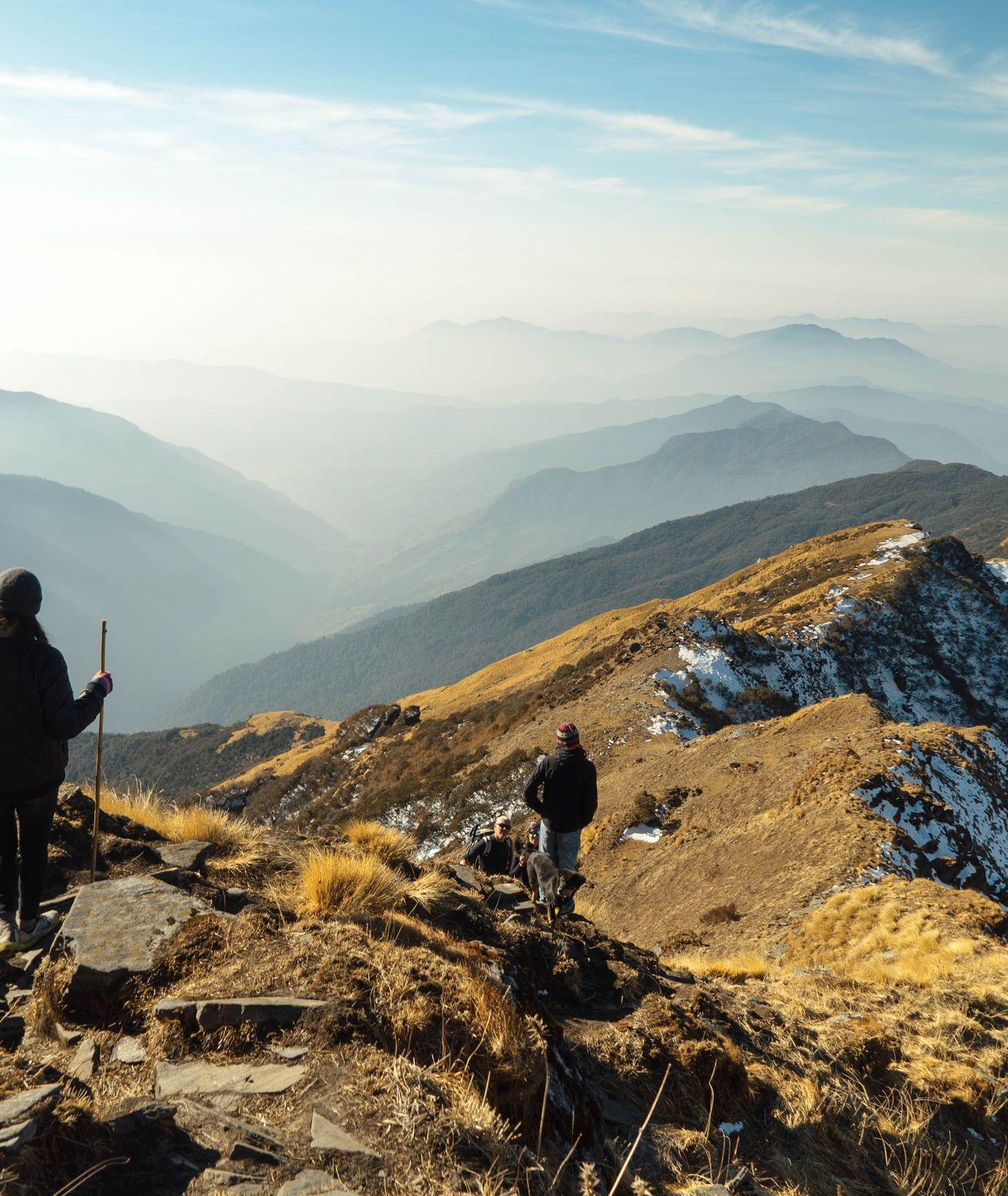 Podróżnicy w górach (fot. Galen Crout / unsplash.com)