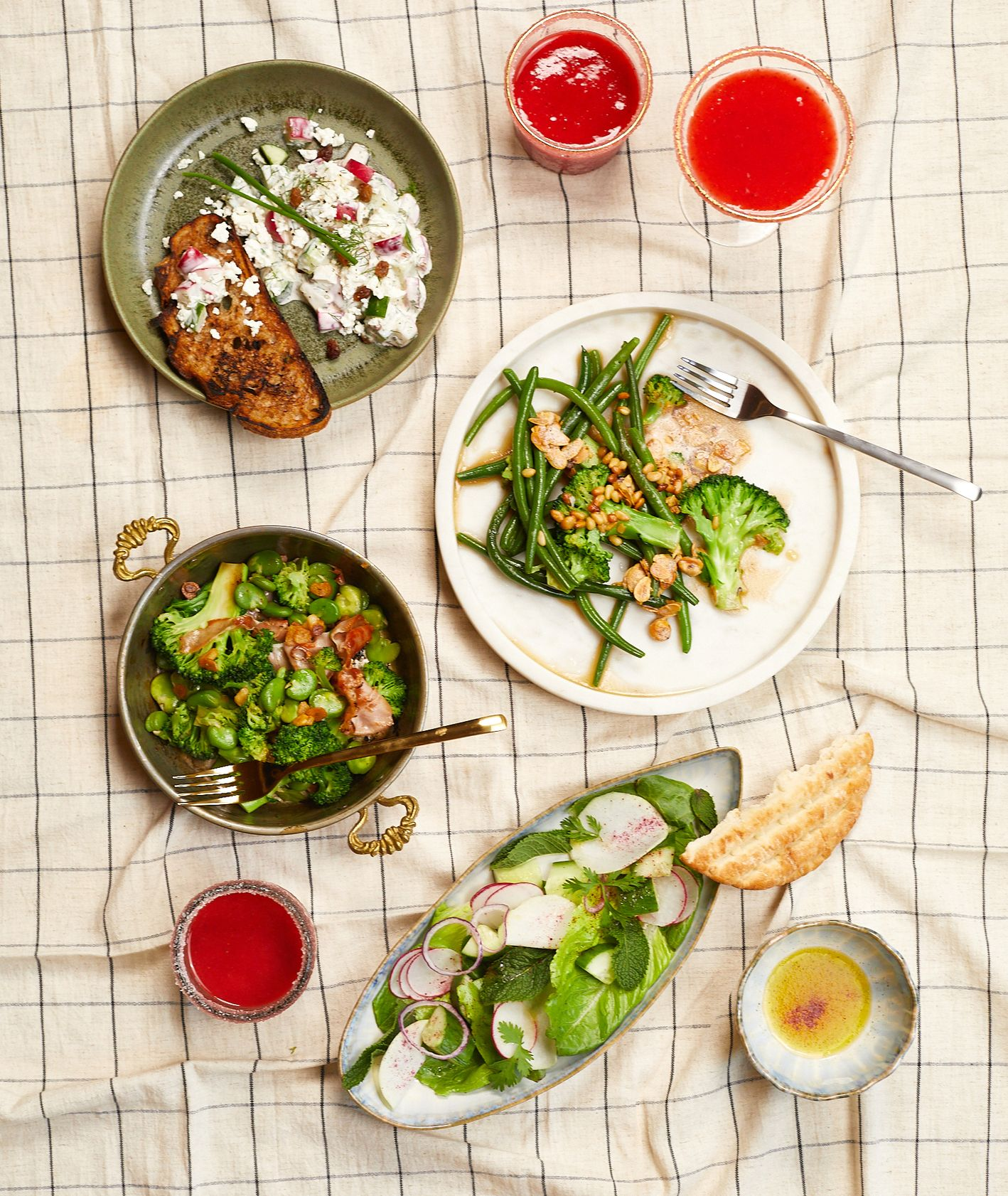 Przepisy na dania na upały. Sałatki, fasolka szparagowa, bób, brokuły (fot. Maciek Niemojewski)