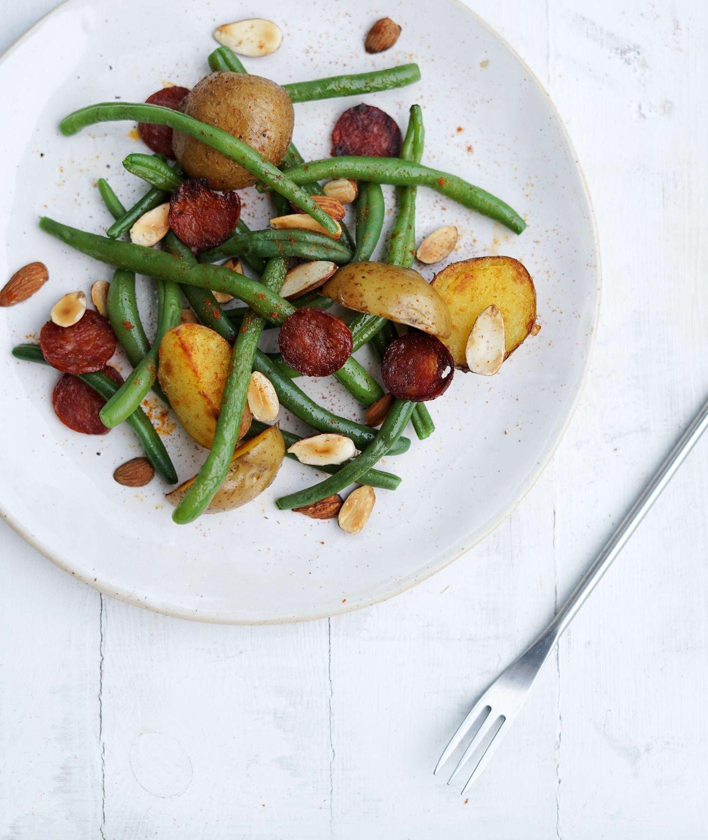 zielona fasolka szparagowa, chorizo, migdały i ziemniaki - przepis na sałatkę
