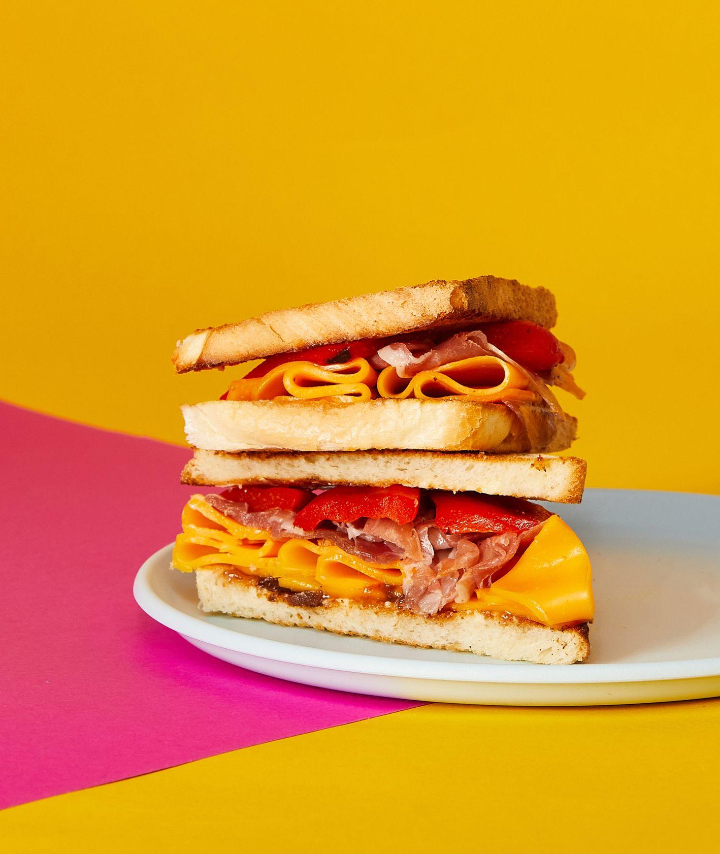 Pomysł na tost z powidłami i szynką prosciutto, pomysł na kanapkę dla dziecka do szkoły, oryginalne kanapki do szkoły  (fot. Maciej Niemojewski)