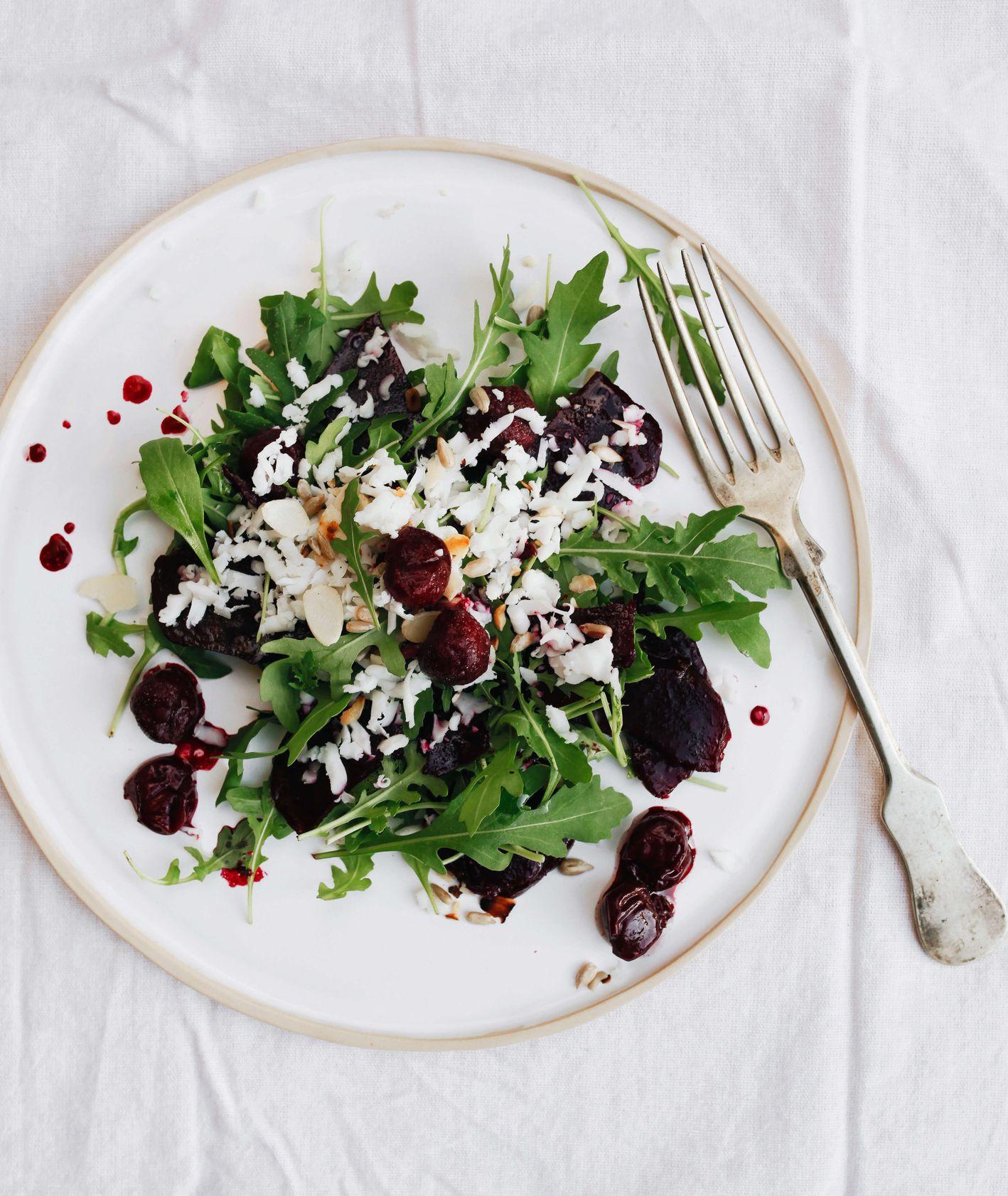 Szybka sałatka z rukoli z pieczonym burakiem, wiśniami i kozim serem (fot. Sylwia Kaleta)