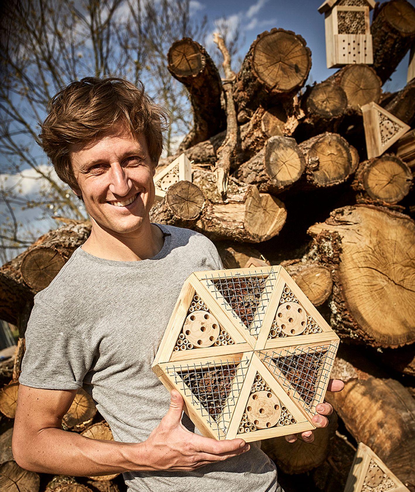 David Gaboriaud z domkiem dla owadów (fot. materiały prasowe)