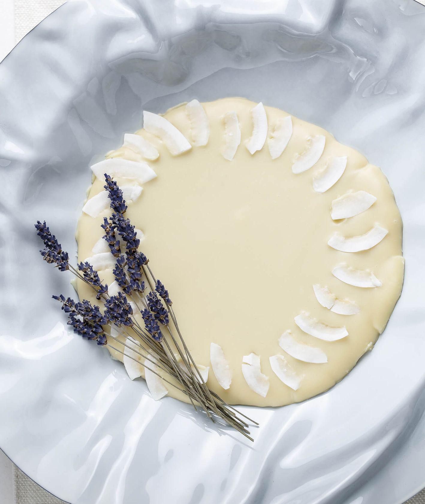 Mazurek lawendowy oblany białą czekoladą i ozdobiony lawendą