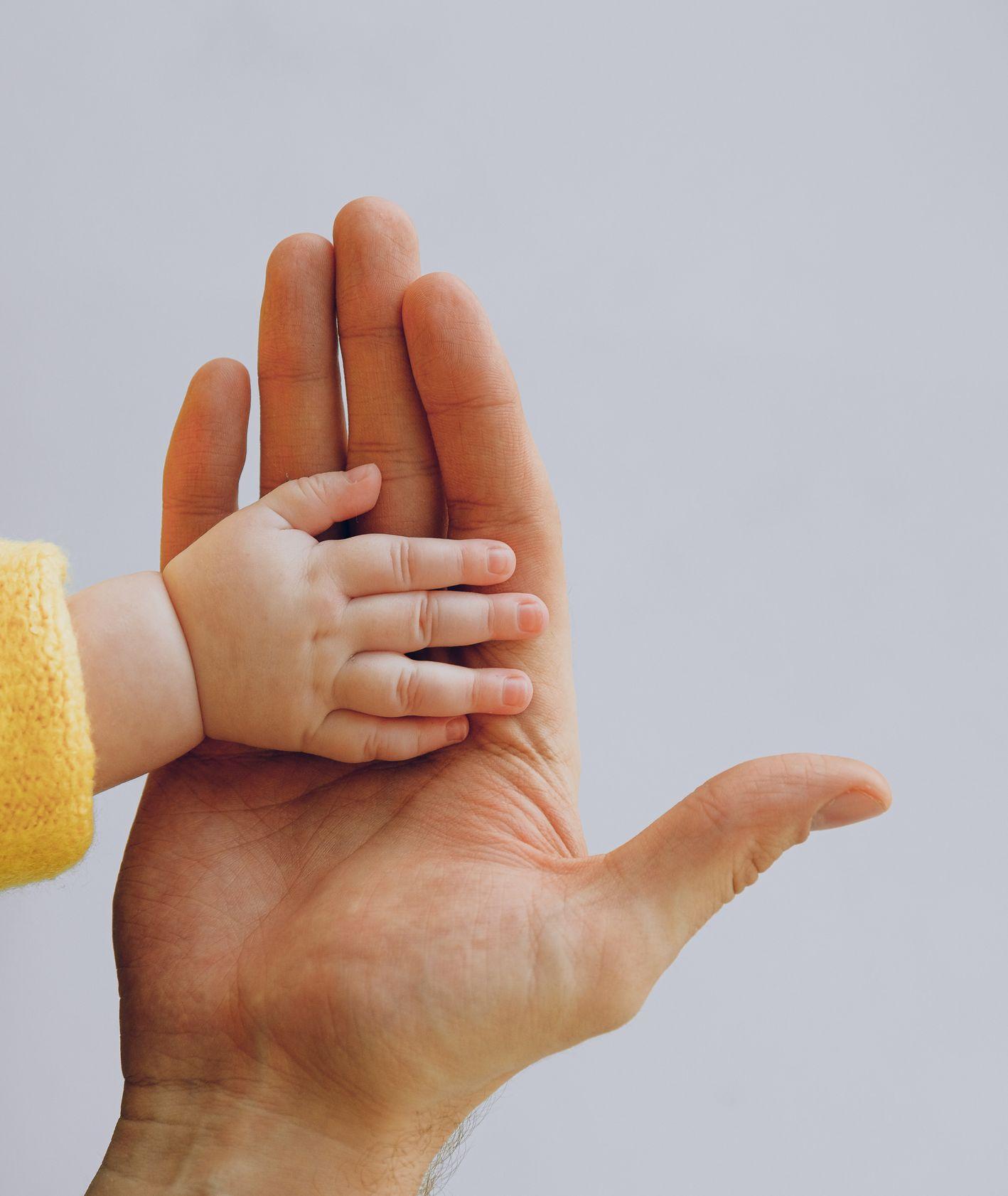 Ręce rodzica i dziecka (fot. Anna Shvets/ Unsplash.com)