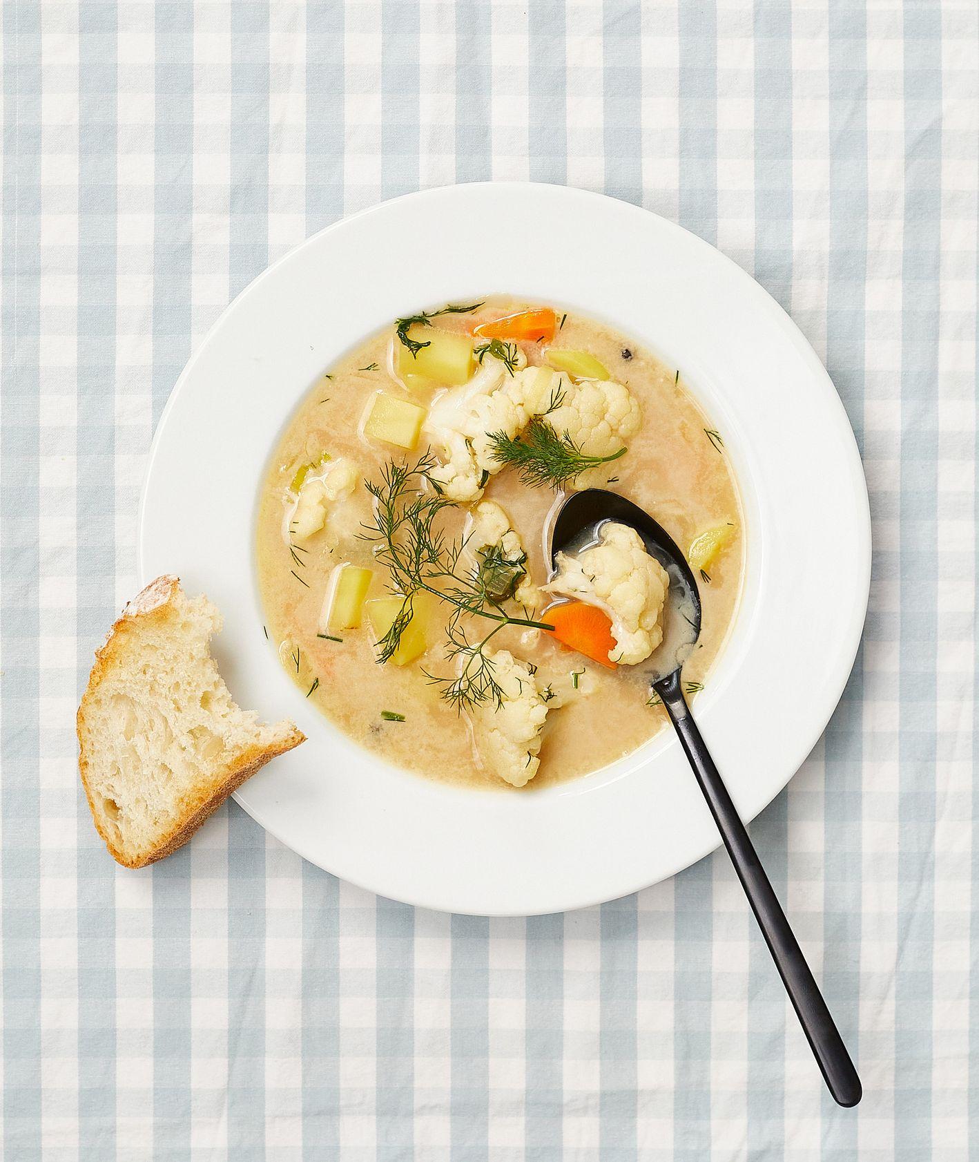 Zupy. Kalafiorowa z ziemniakami (fot. Maciek Niemojewski)