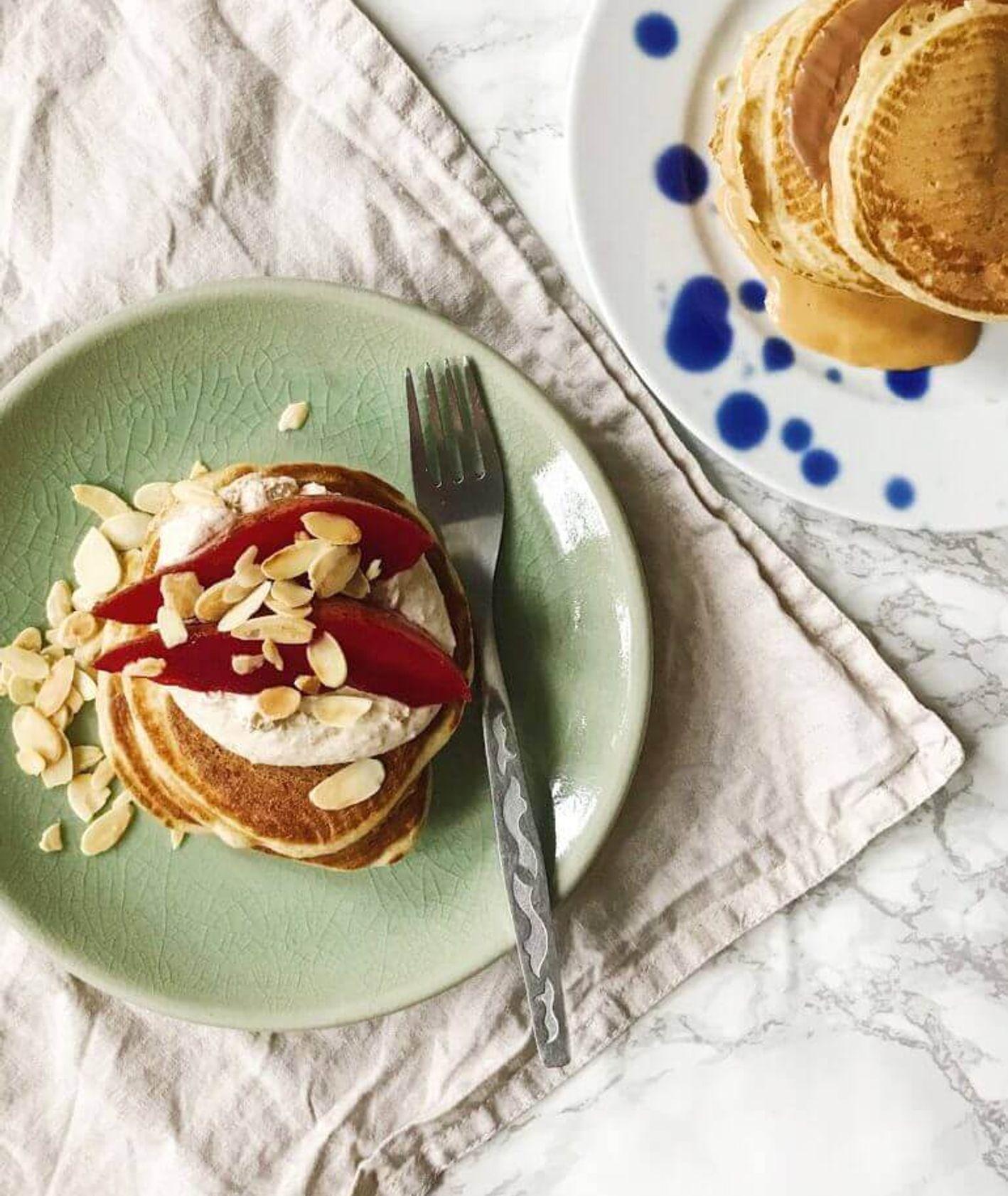 Amerykańskie placki na maślance - śniadanie na słodko z owocami (fot. Kasia Stadejek)
