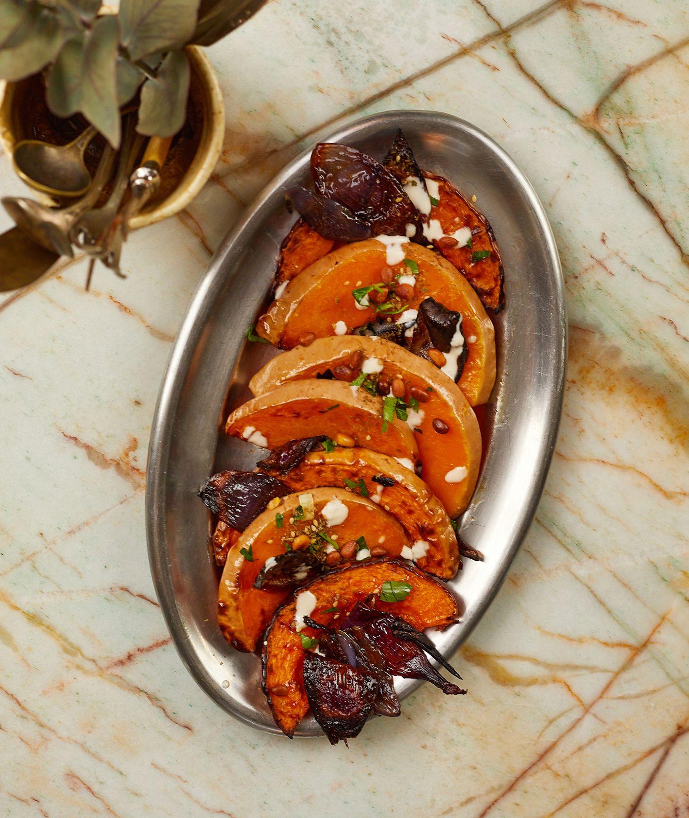 Przepis – czerwone cebule i bataty, pomysł na bataty z sosem tahini, kuchnia izraelska (fot. Maciej Niemojewski)