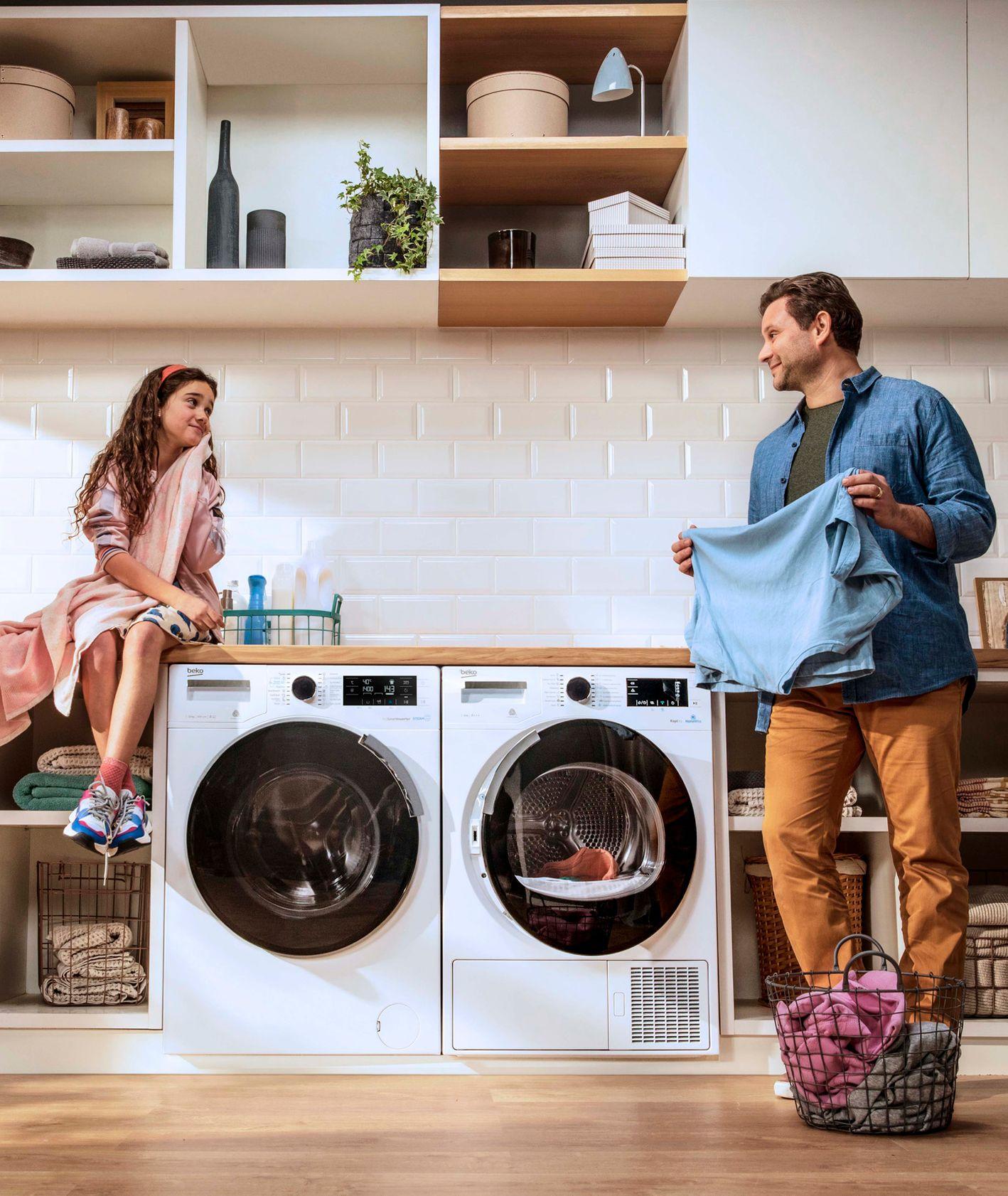 Ojciec z córką przy pralce (fot. materiały prasowe)