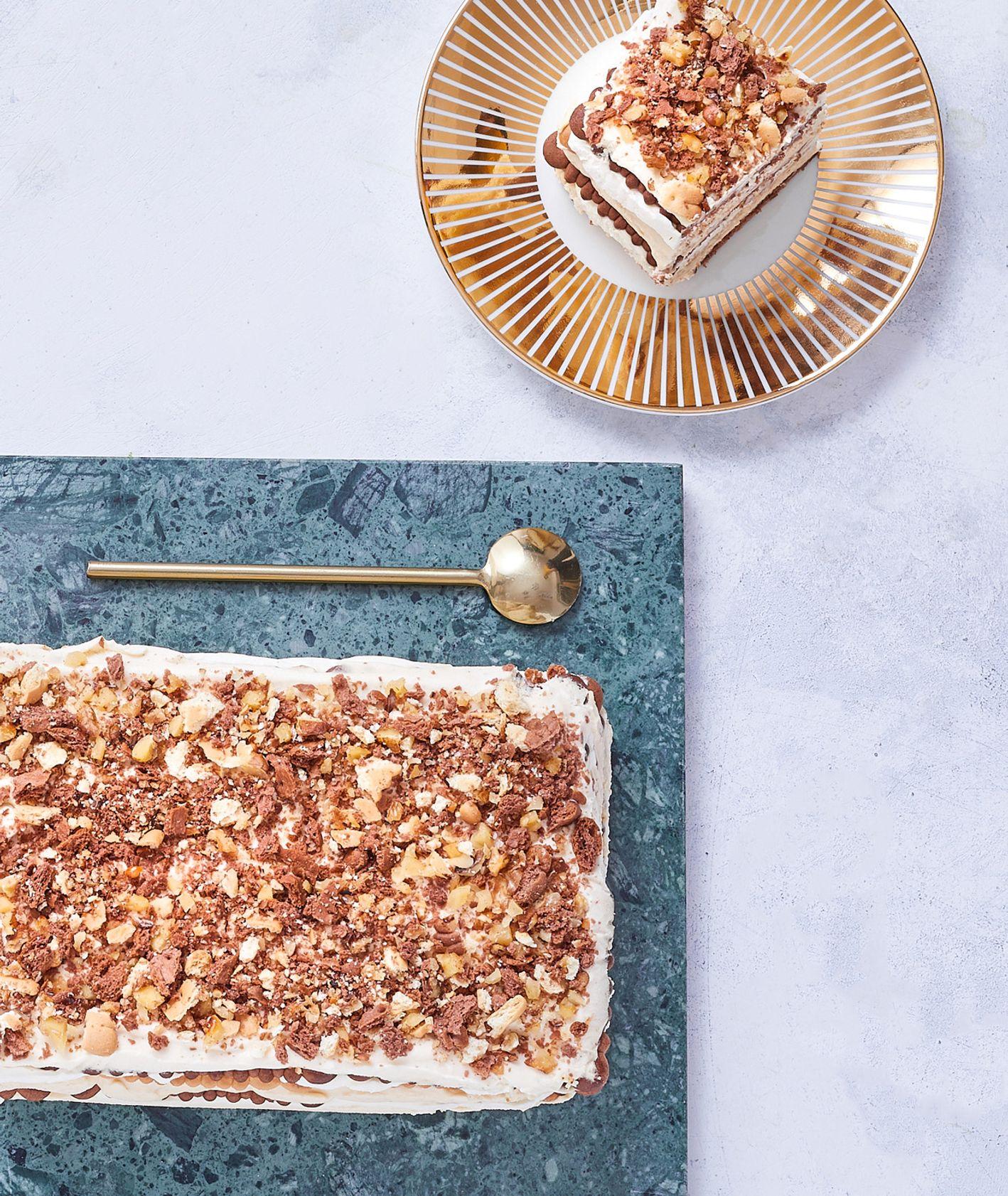 Szybkie ciasto króeka bez pieczenia na herbatnikach czekoladowych z kremem karmelowym (fot. Maciej Niemojewski)