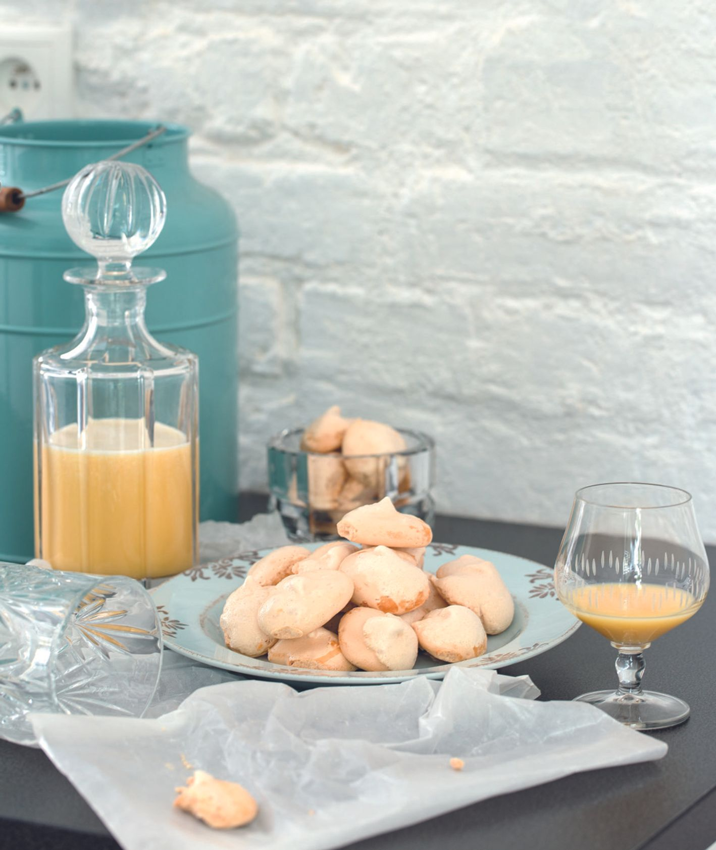Gotowy ajerkoniak w karafce, kieliszki z likierem jajecznym, bezy (fot. dinnershow studio)