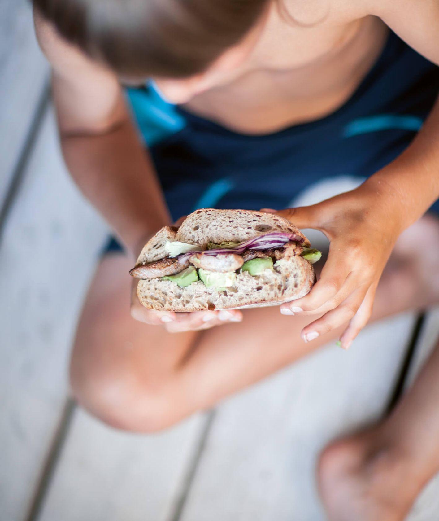 Kanapka z indykiem idealna na szybki posiłek na plażę (fot. Rafał Meszka)