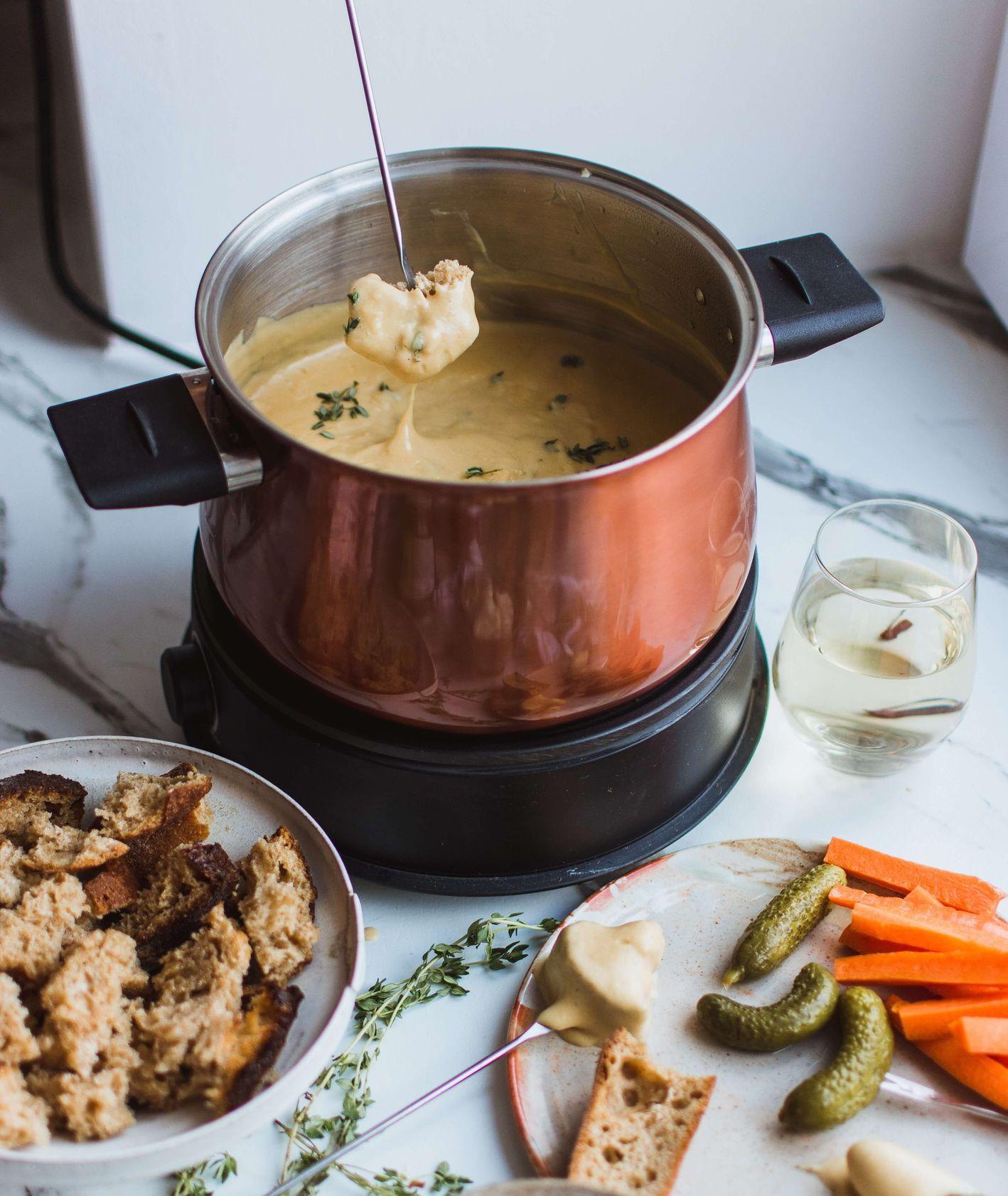 Fondue serowe z mięsem i warzywami (fot. Klara Avsenik / unsplash.com)