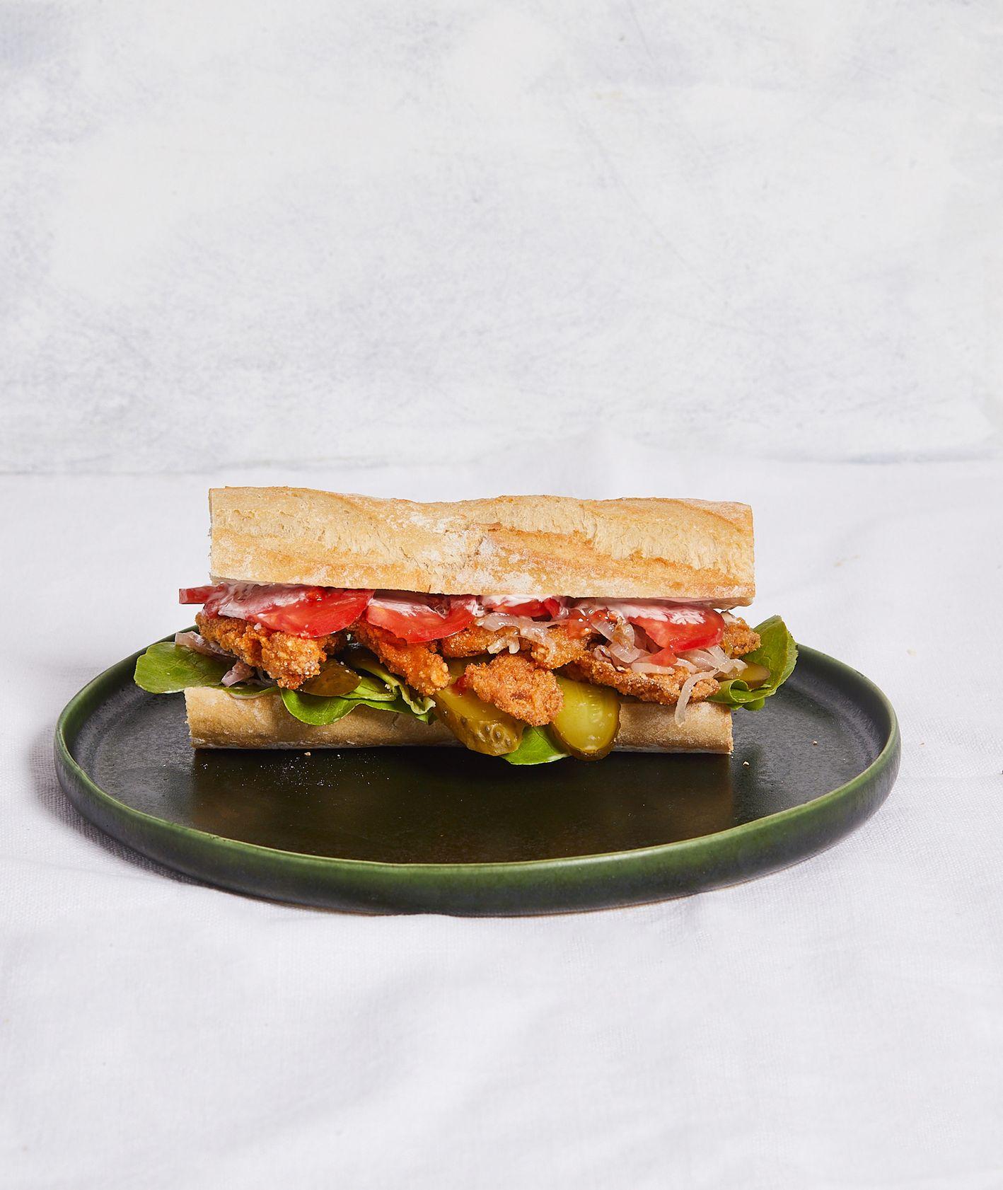 Pomysł na śniadanie w wersji wegańskiej – kanapka z panierowanymi grzybami, warzywami i majonezem (fot. Maciek Niemojewski)