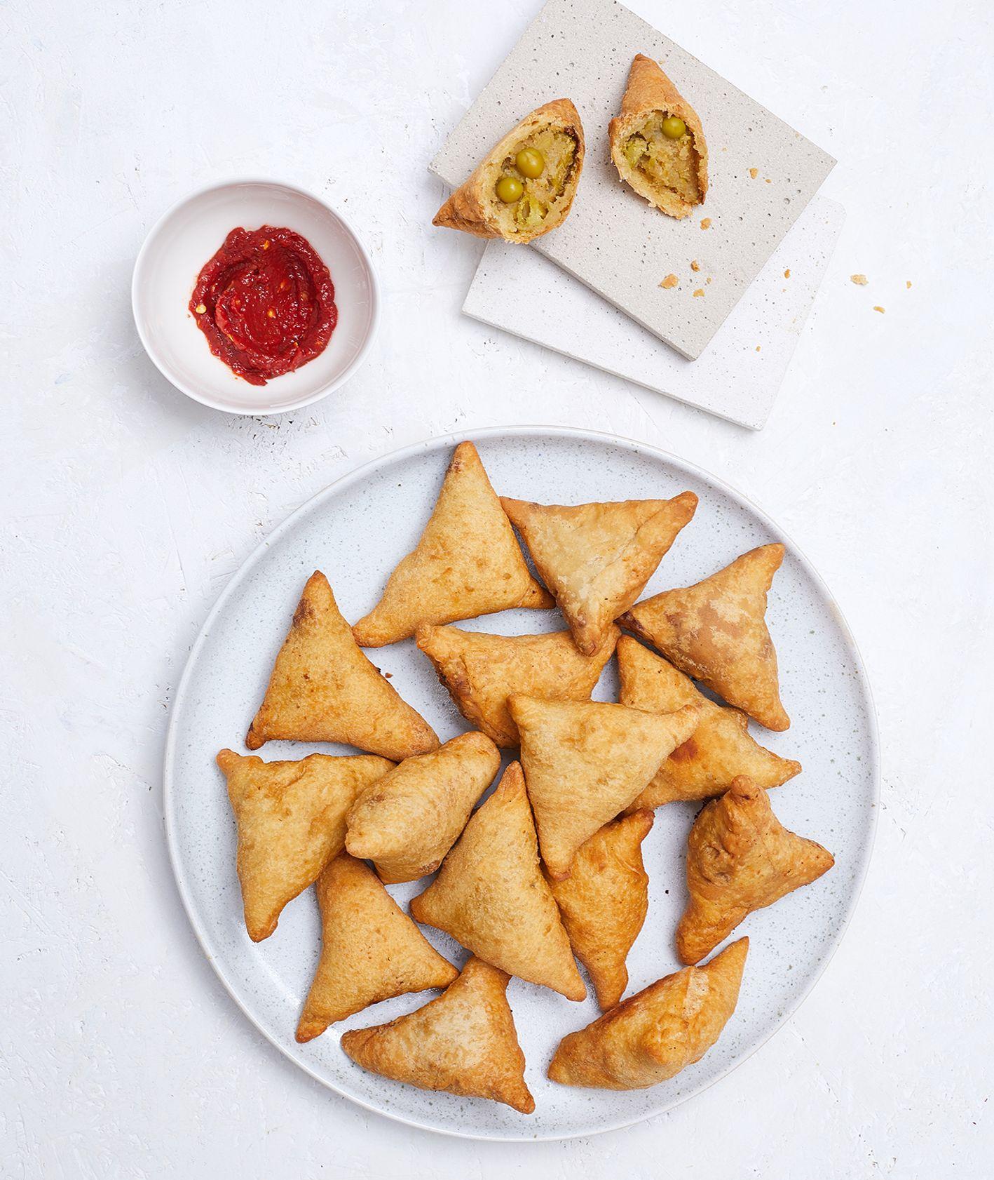 Chrupkie trójkąciki, czyli indyjskie samosy z ostrym sosem (fot. Maciek Niemojewski)
