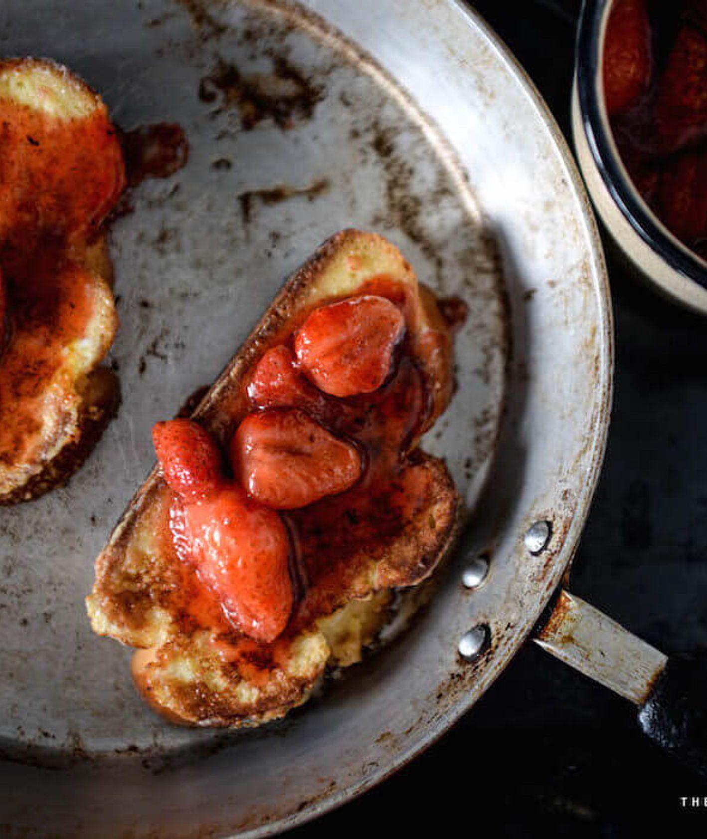 tosty z chałki, tosty francuskie, śniadanie na słodko, słodkie śniadanie, tosty francuskie z owocami, tosty francuskie z truskawkami, lekkie śniadanie,, domowa chałka, sposób na czerstwą chałkę, co z czerstwego chleba
