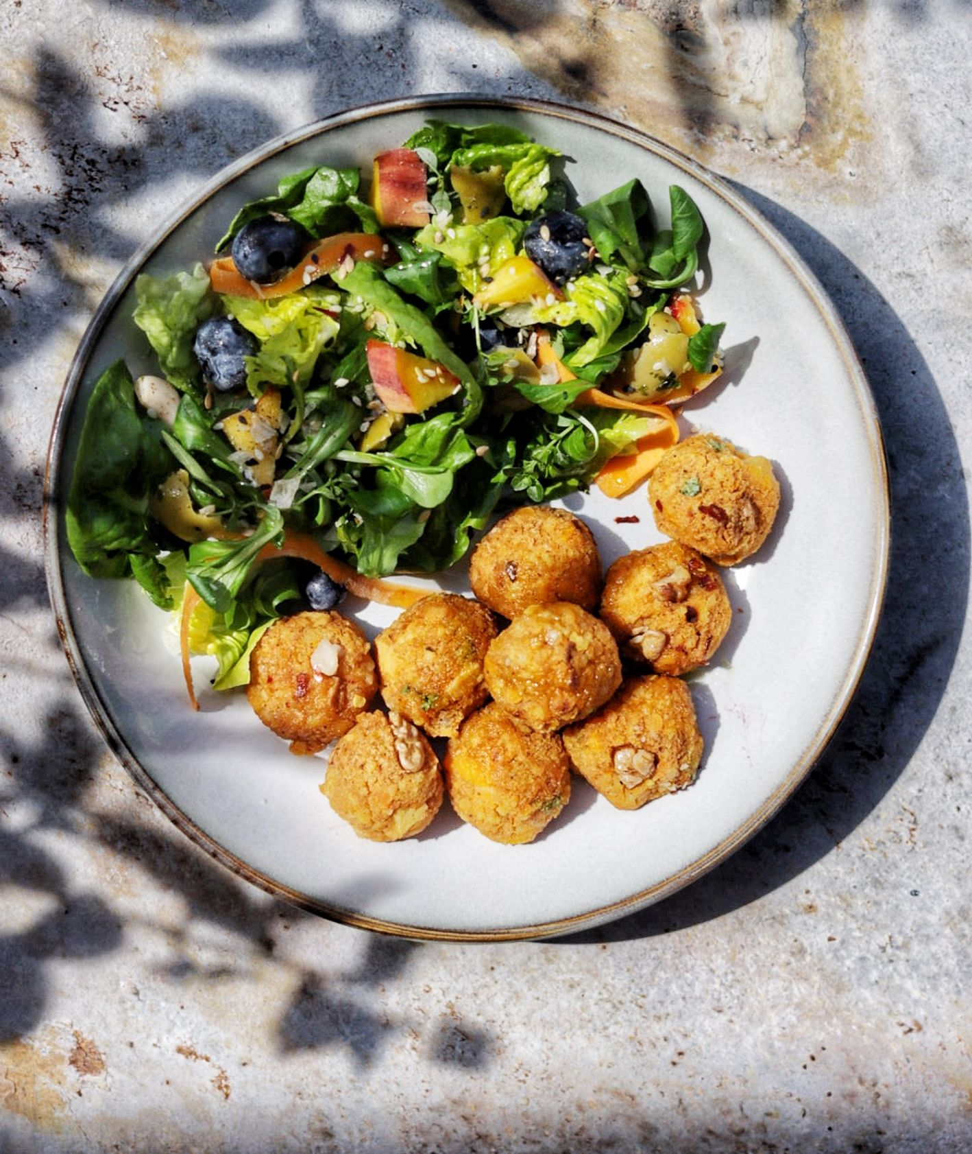 Przepis na złote kulki z orzechami włoskimi, pomysł na wegetariański lunch do pudełka (fot. Ania Dobra Kulka)