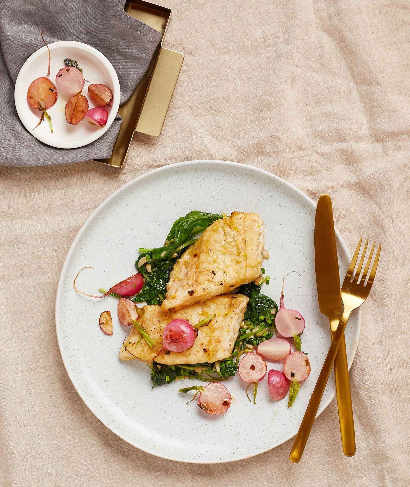 Przepis – sandacz z rzodkiewką na maśle, jak zrobić sandacza, pomysł na obiad z rybą (fot. Maciek Niemojewski)