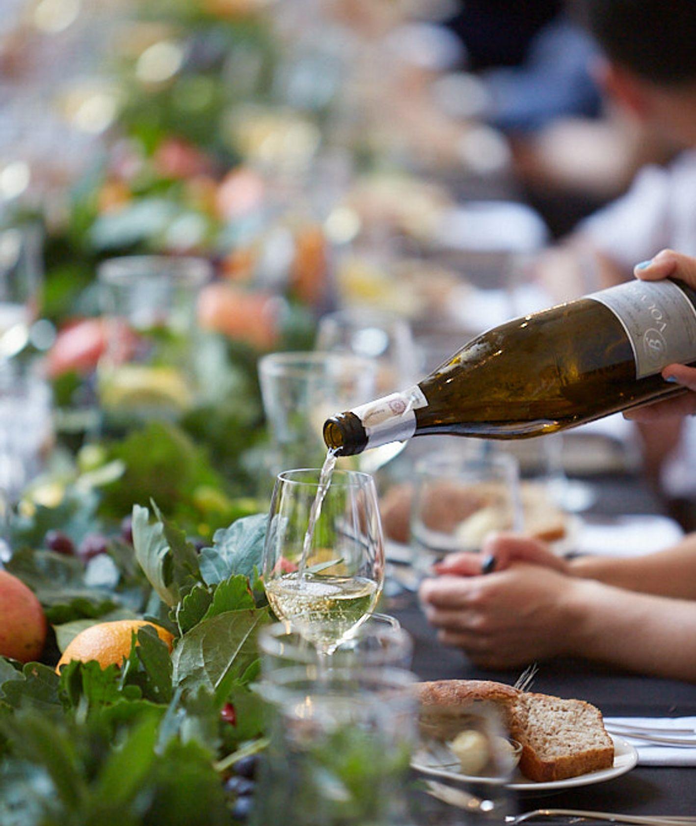 """Stół zastawiony daniami i winem podczas wydarzenia """"Uczta"""" w Zamku Królewskim na Wawelu"""