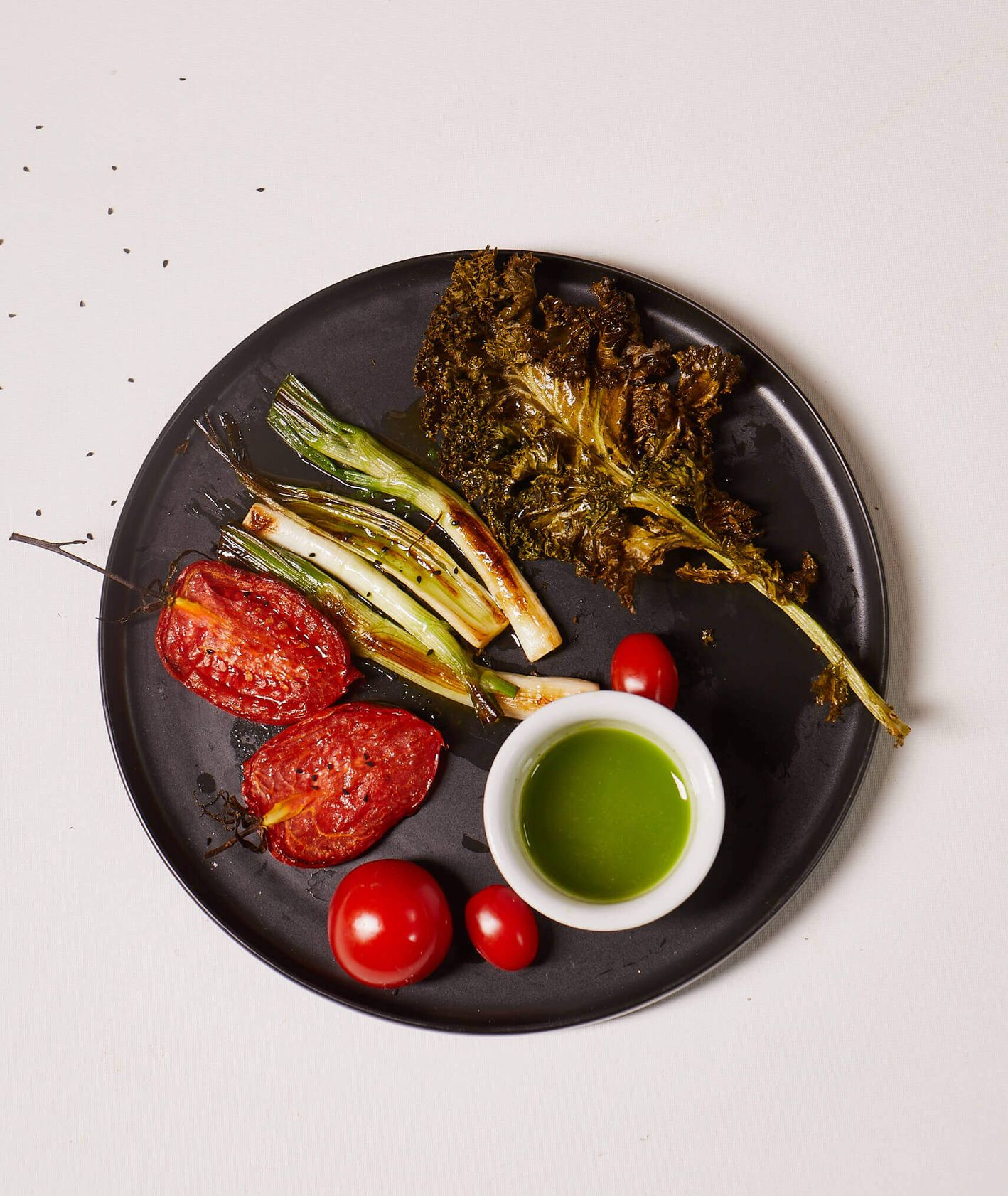 Sałatka z pieczonych warzyw z miętowym olejem z czarnuszki