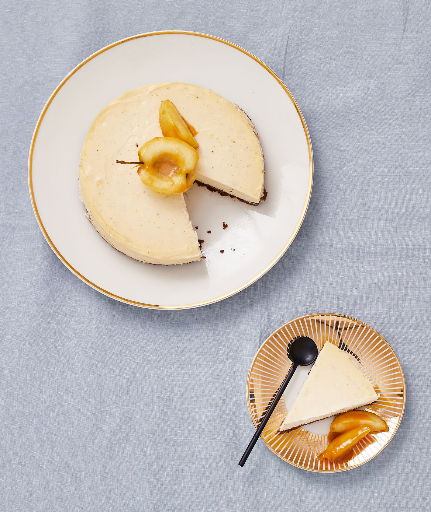 Sernik miodowy z karmelizowanymi jabłkami