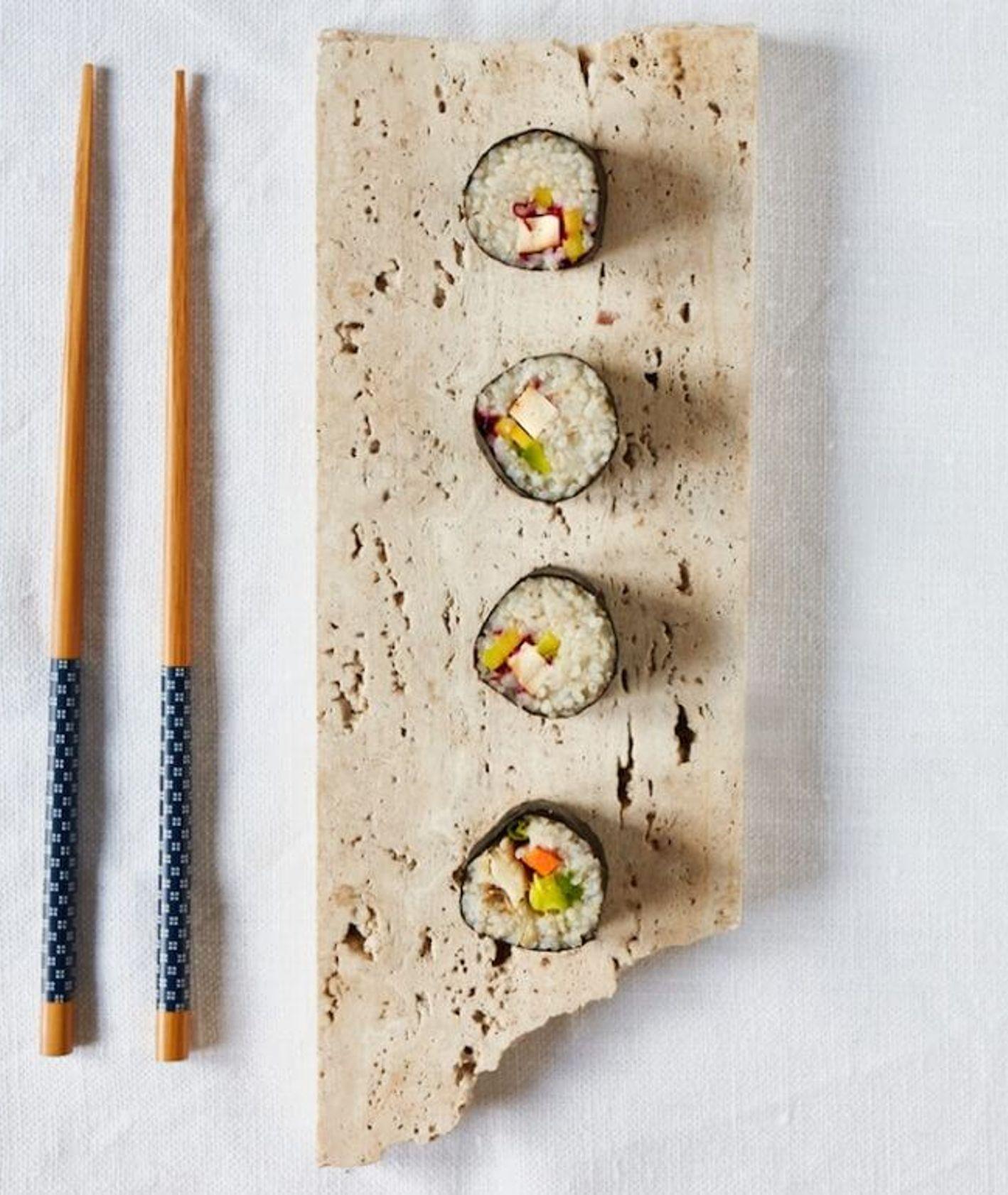 sushi z kaszy, sushi, polskie sushi, wegańskie sushi, sushi z warzywami, sushi z łososiem, szybki obiad, kasza jęczmienna, obiad na wynos, polskie wasabi