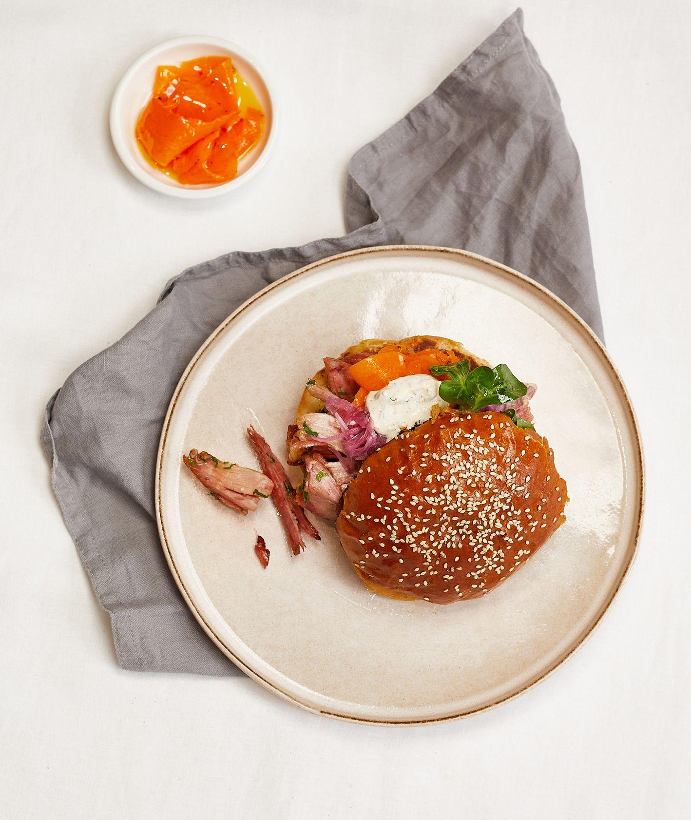 Przepis – szarpana wołowina, jak zrobić burgera z szarpaną wołowiną (fot. Maciek Niemojewski)