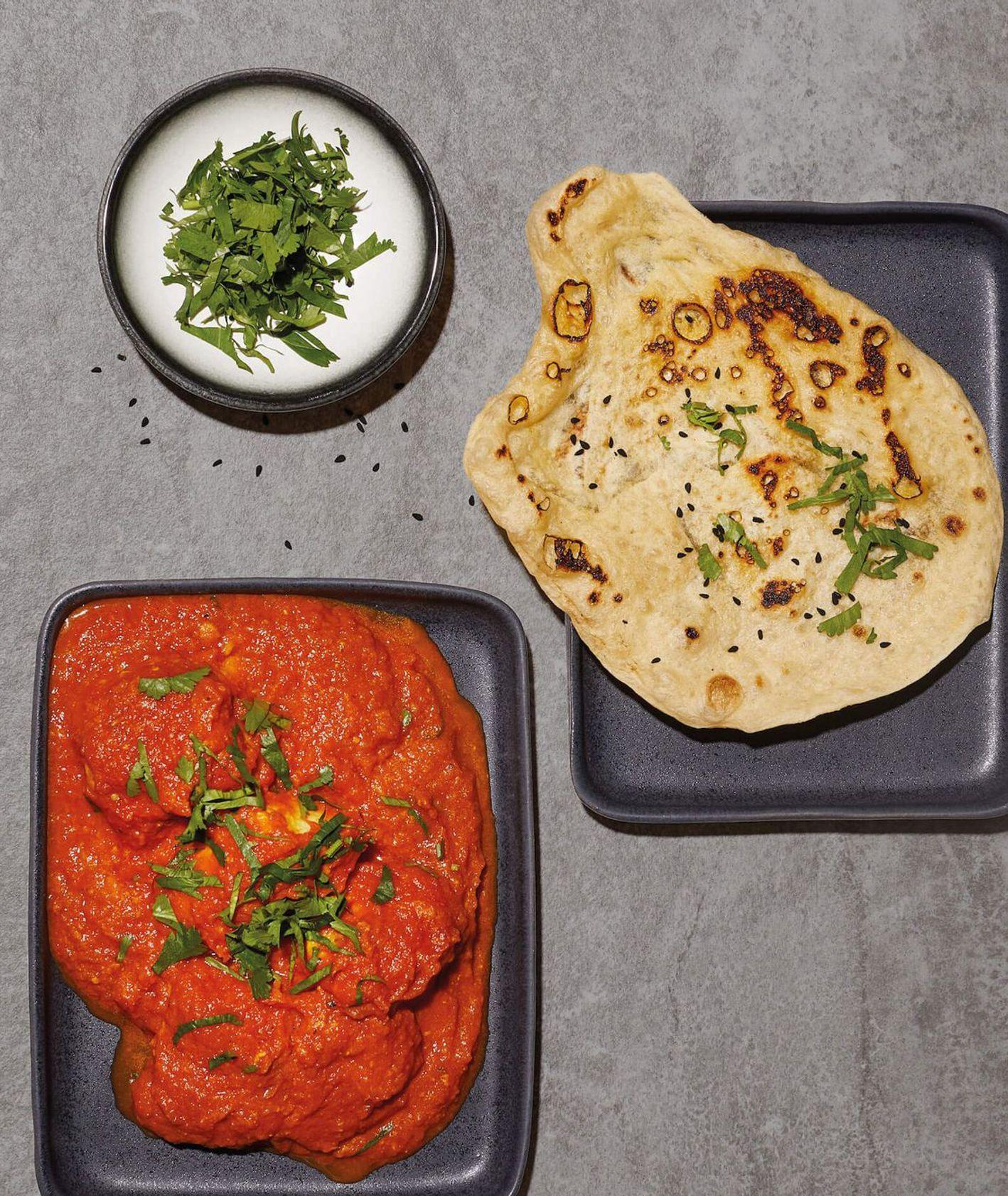 Klasyk kuchni indyjskiej, czyli butter chicken w sosie pomidorowym z chlebkiem naan (fot. Maciek Niemojewski)