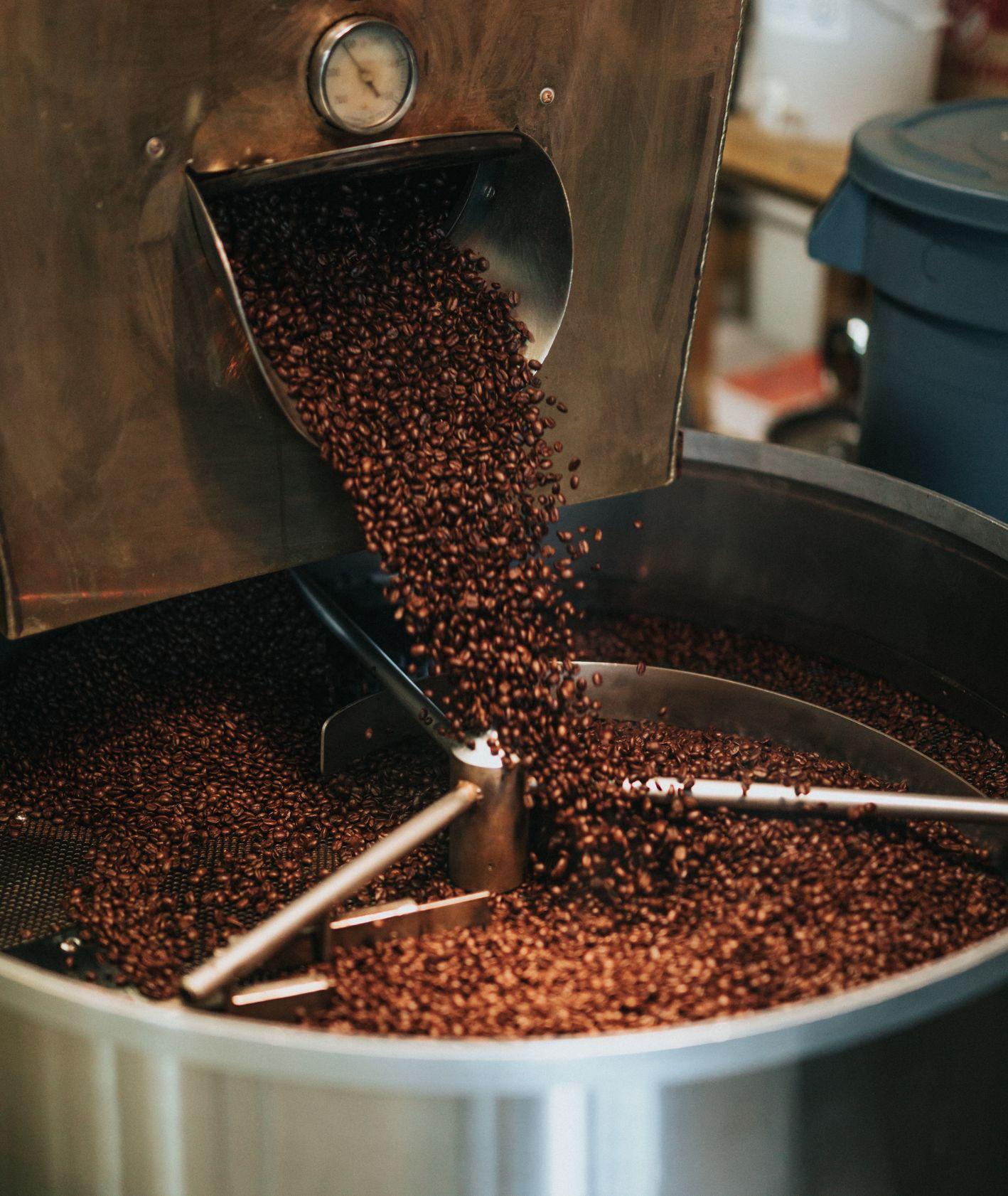 Ziarna kawy wysypywane z pieca (fot. Nathan Dumlao / unsplash.com)