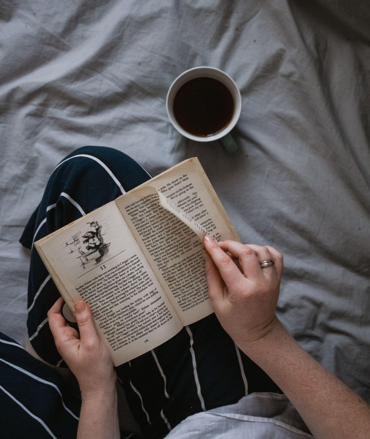 Czytanie książki (fot. Sincerely Media / unsplash.com)