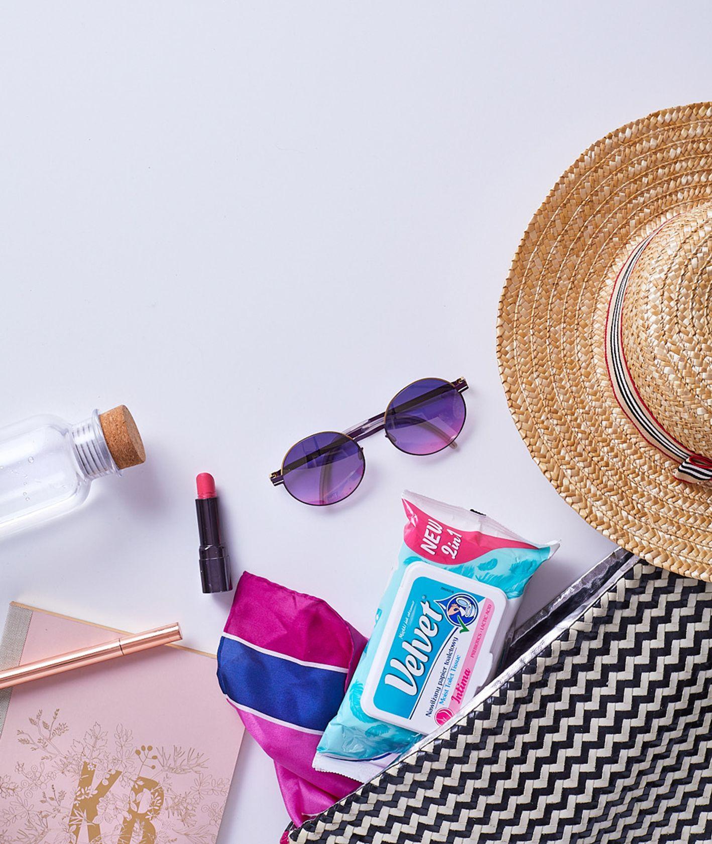 Torba z okularami przeciwsłonecznymi, kapelusz i chusteczki (fot. Maciek Niemojewski)