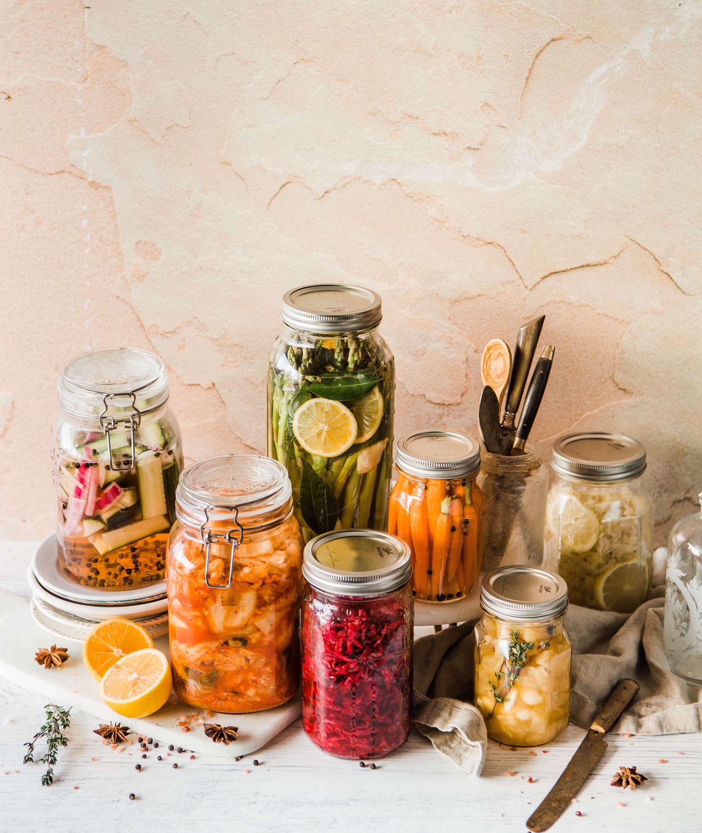 Różne kiszone warzywa w słoikach (fot. Brooke Lark / unsplash.com)
